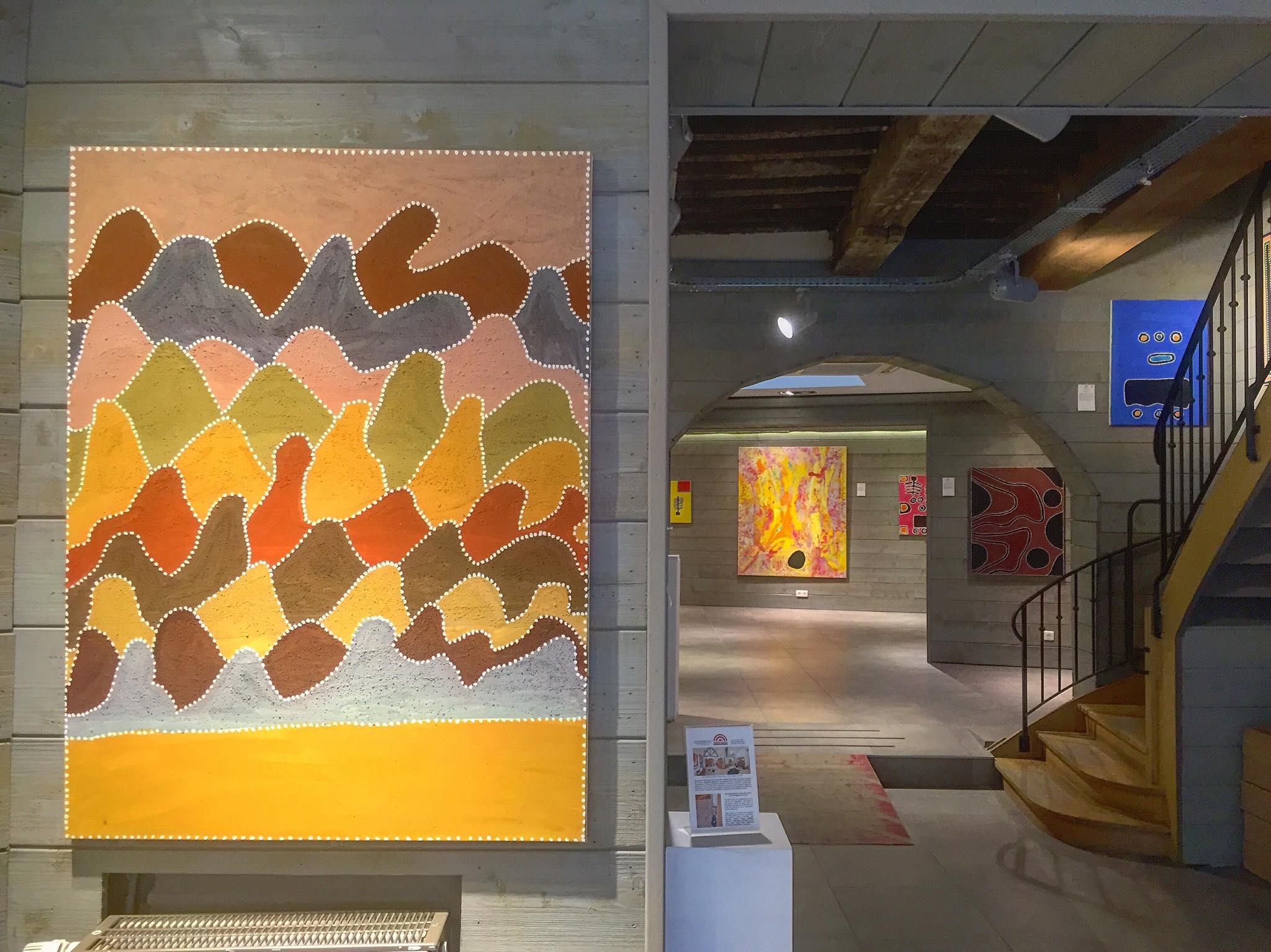 """Vue de l'exposition """"Spiritual Essence of the Earth"""" avec les artistes Aborigènes de Warmun, 7 place du Grand Sablon à Bruxelles."""