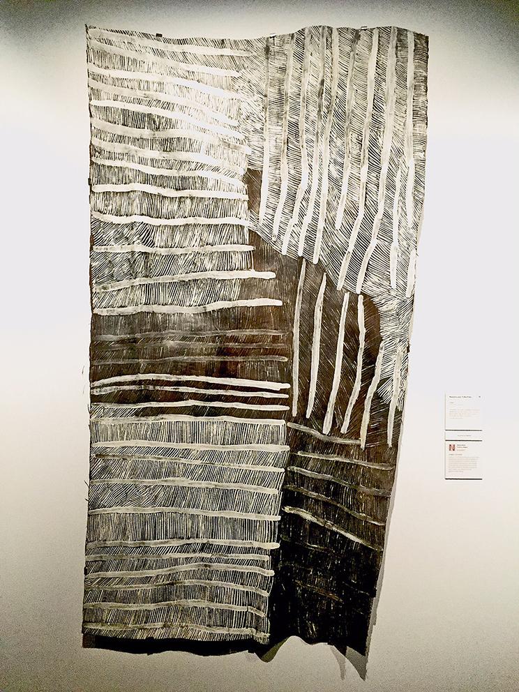 Peintures du écorce de l'artiste Nyapanyapa Yunupingu de Biranybirany Northern Territory. Telstra-NATSIAA 2017 Bark Painting Award. © Photo Aboriginal Signature Estrangin gallery with the courtesy of the artist and the art centre of Yirrkala.