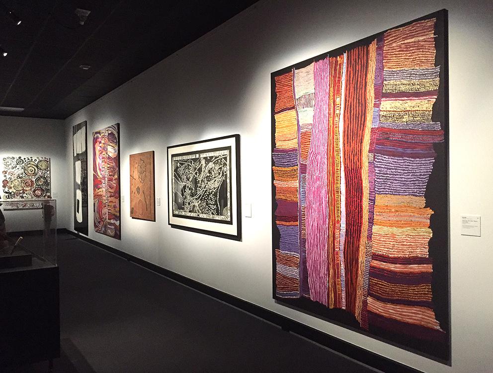Œuvre de l'artiste Ray Ken au premier plan de Tjala Arts. Finaliste du Telstra-NATSIAA Award 2017 © Photo Aboriginal Signature Estrangin gallery with the courtesy of the artist and the art centre of Tjala.