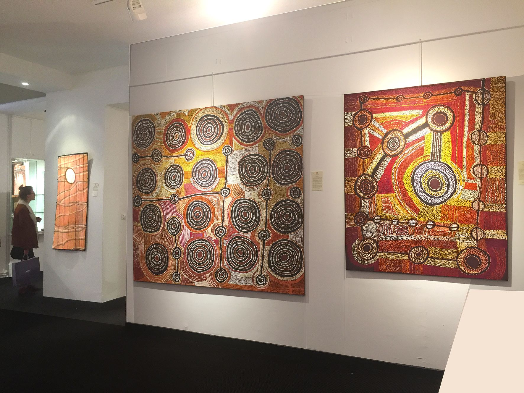 Trois œuvres présentées dans le cadre du Parcours des Mondes 2017 : de gauche à droite, les artistes Kay Lindjuwanga de Maningrida, Taylor Cooper, Willy  Mutjantji Martin . © Photo : Aboriginal Signature Estrangin, with the courtesy of the artists and Maningrida, Kaltjiti Arts, Mimili Maku.
