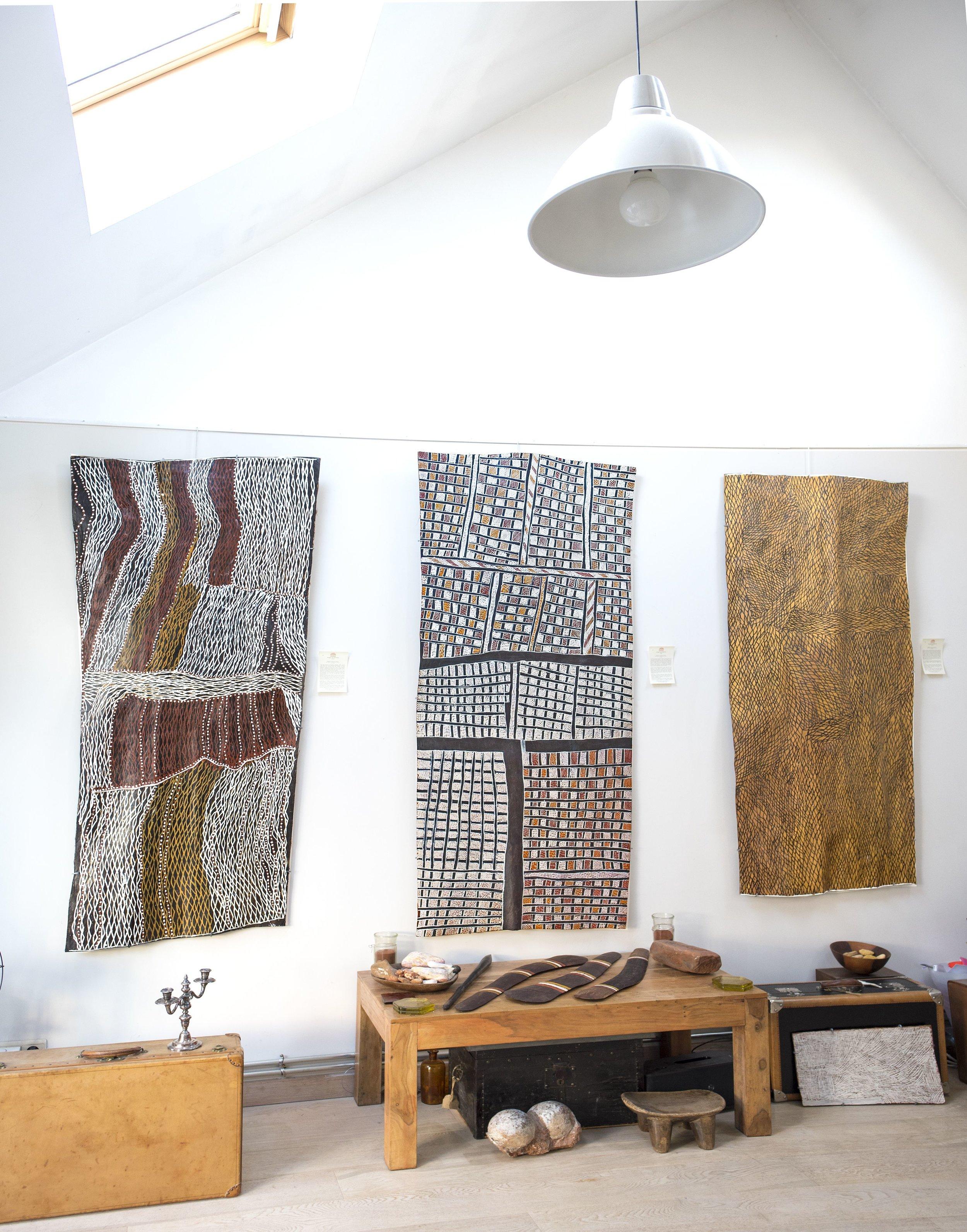 Trois œuvres magistrales de l'artiste Noŋgirrŋa-Marawili (1938). Titres de gauche à droite : Gurtha (189 x 86 cm), Djapu (203 x 91 cm), Yathikpa (190 x 78 cm). Media : natural ochres on bark. © Photo : Aboriginal Signature Estrangin gallery with the courtesy of the artist and Yirrkala community.