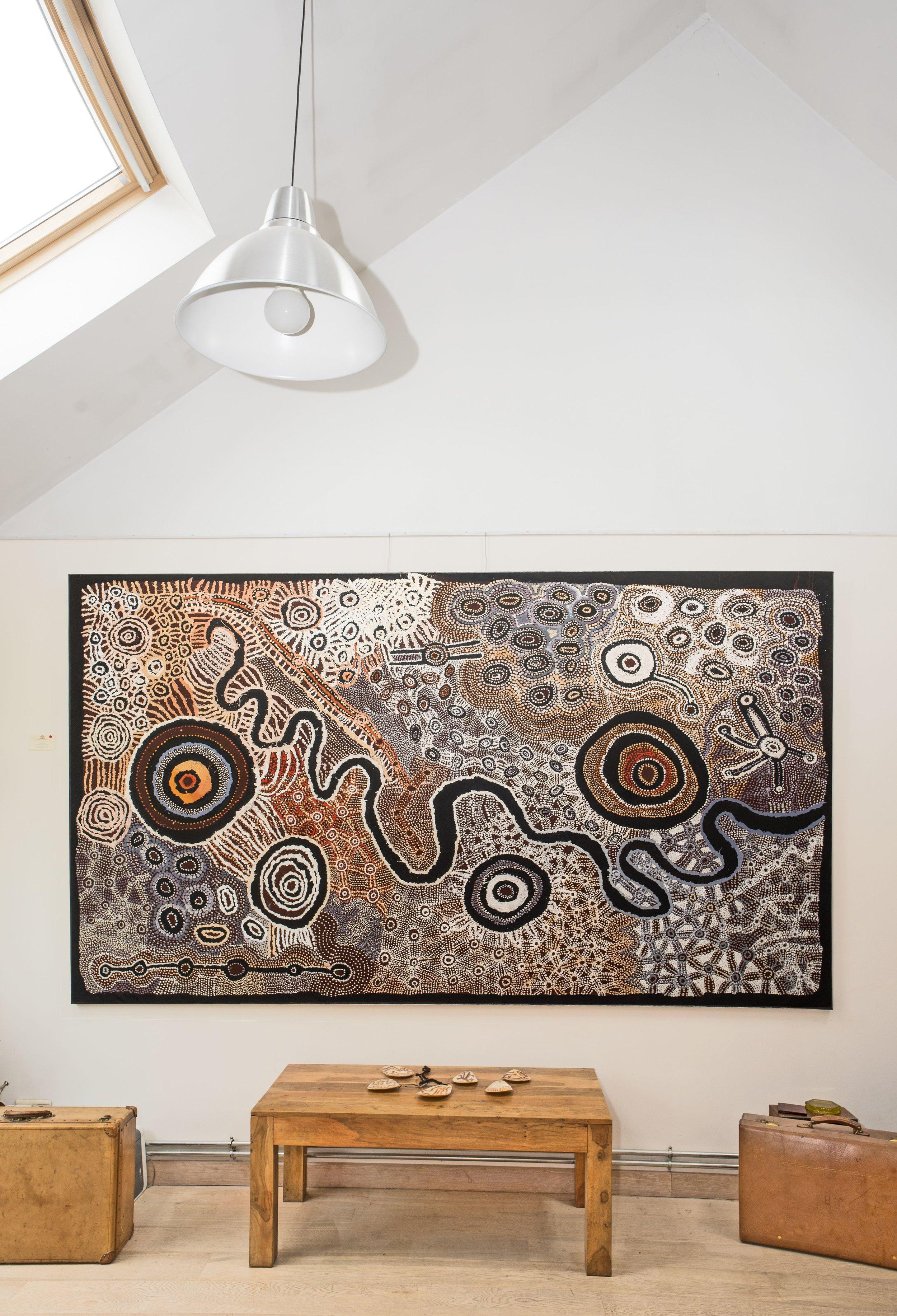 Œuvre collaborative magistrale Watarru des artistes femmes de la communauté de Nyapirri (APY land). Format : 300 x 180 cm. © Photo : Aboriginal Signature Estrangin gallery with the courtesy of the artists and Tjungu Palya Art.