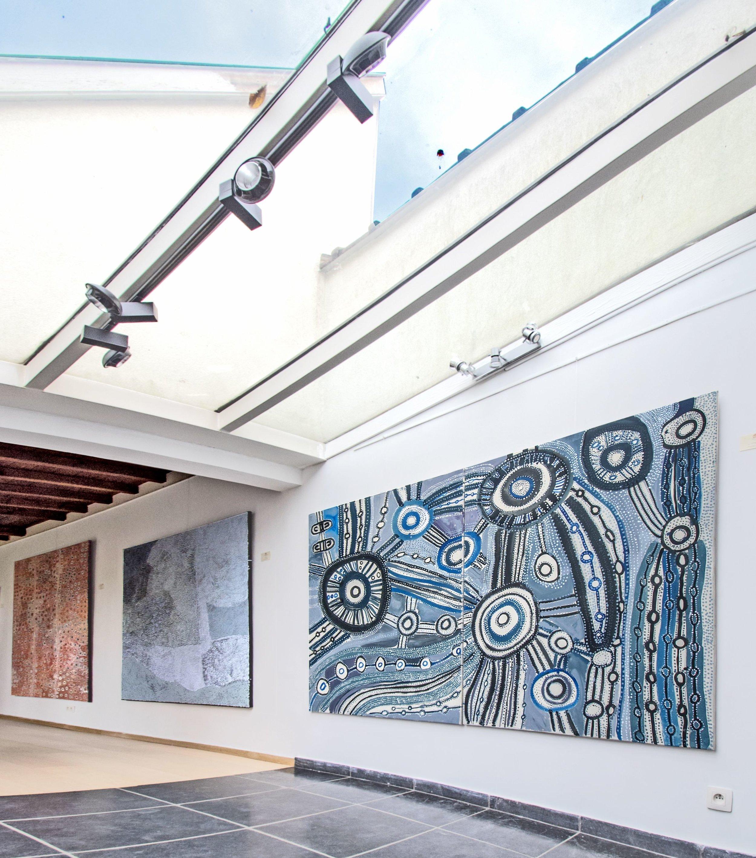 De droite à gauche, œuvre de l'artiste Aborigène Puna Yanima (1955) de Mimili, sur le thème d'Antara. Puis œuvre de l'artiste Pepai Jangala Caroll (Ernabella). Photo Aboriginal Signature Estrangin gallery with the courtesy of the artists and the art centres.