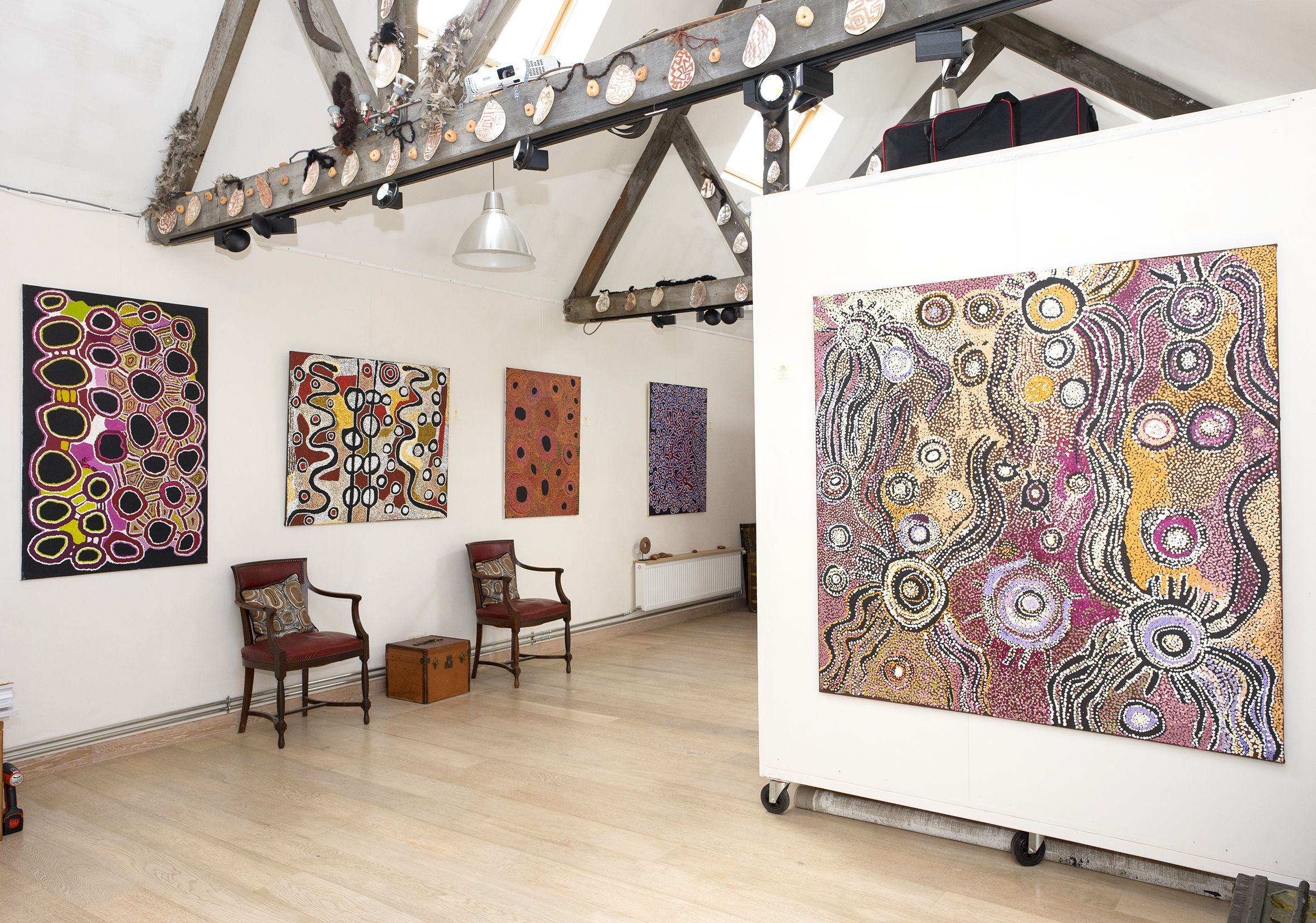 Vue de l'exposition d'art Aborigène Gems from the remote deserts jusqu'au 16 décembre à Bruxelles. © Photo : Aboriginal Signature gallery, with the courtesy of the artists and the art centres.