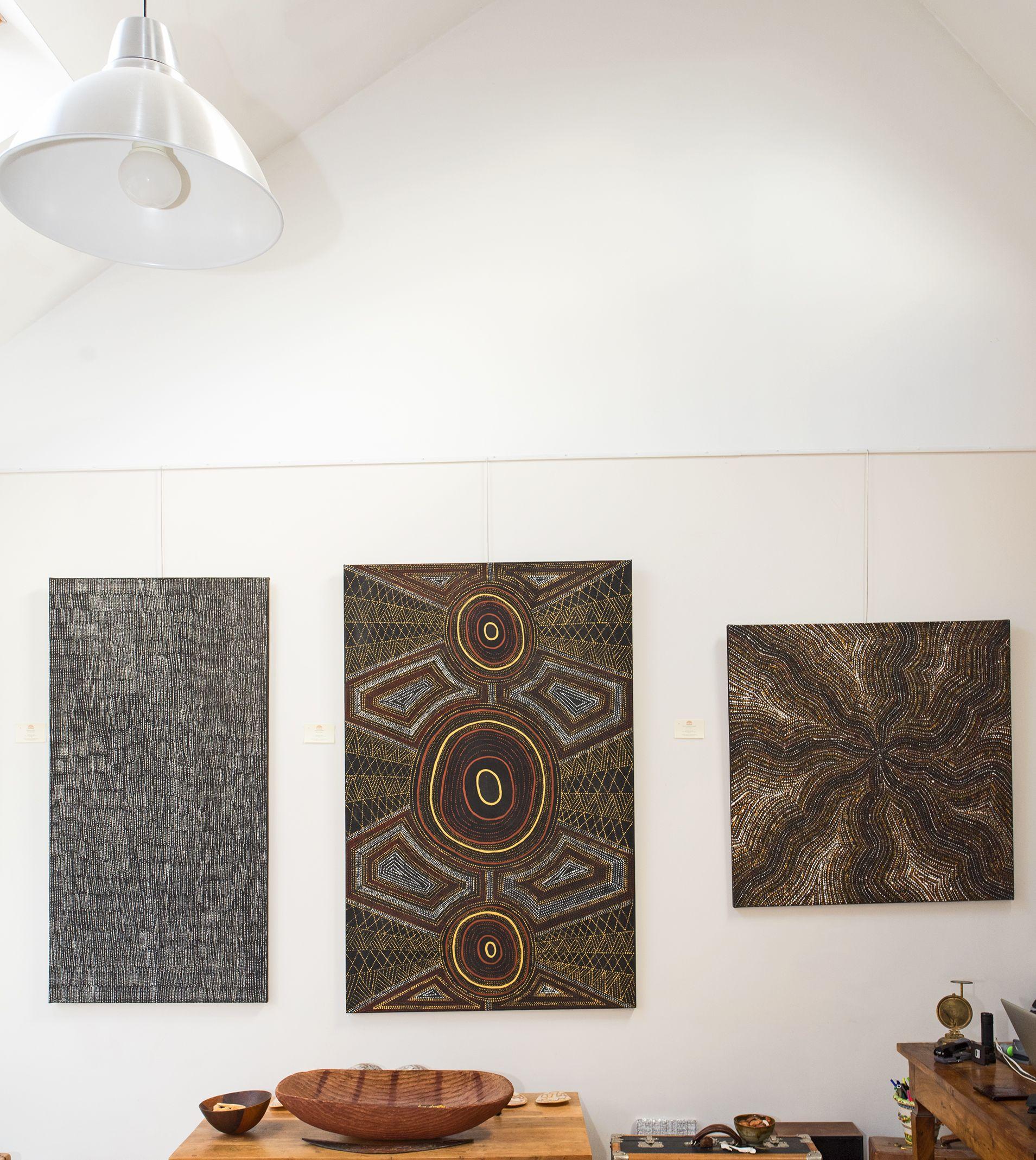 Vue de l'exposition d'art Aborigène Gems in a Patchwork jusqu'au 16 décembre à Bruxelles. © Photo : Aboriginal Signature gallery, with the courtesy of the artists and the art centres.