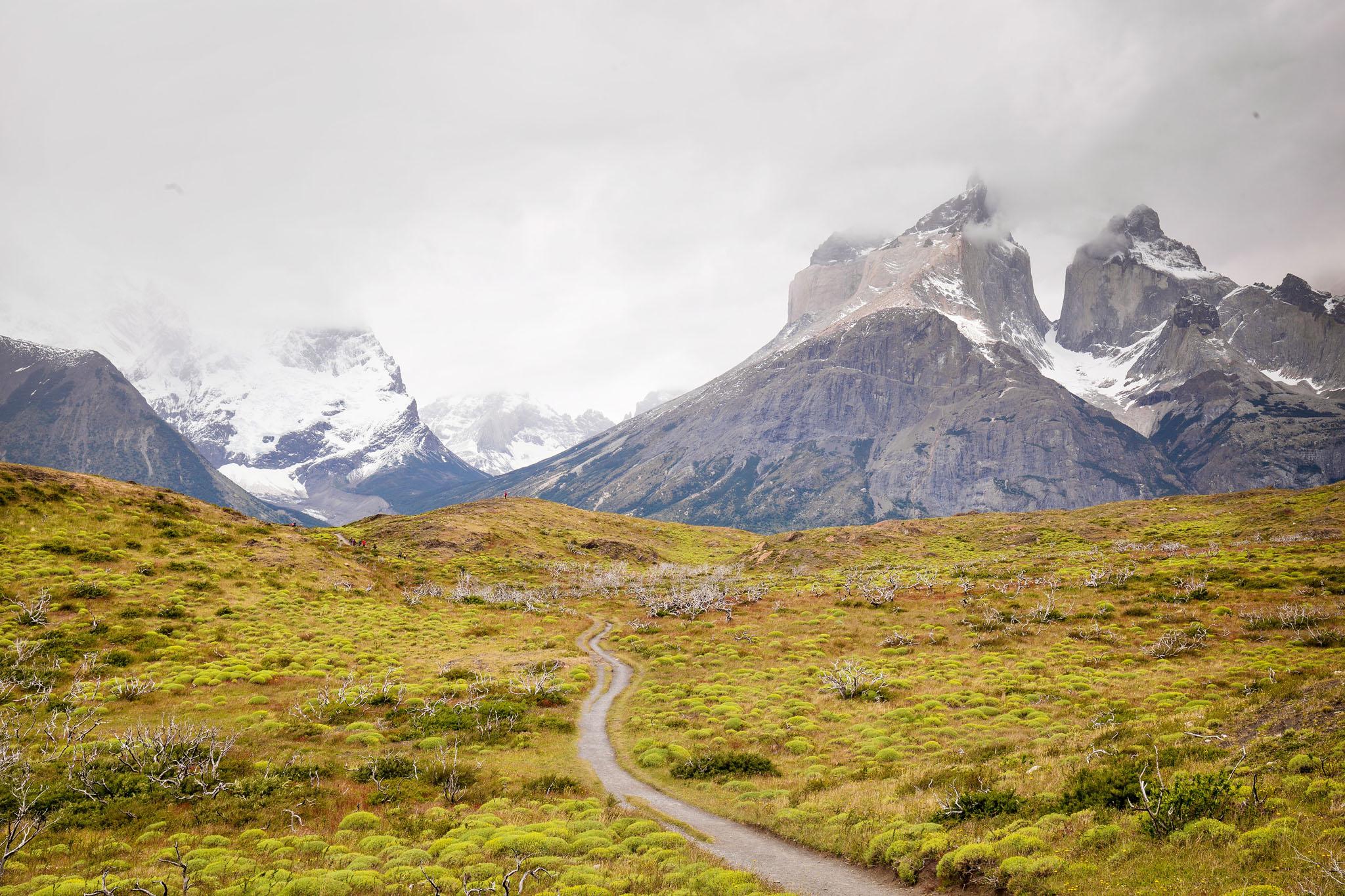 Wedding-Travellers-Overlanding-Destination-Wedding-Chile-Torres-del-Paine-los-cuernos-road-trail-viewpoint-mirador-fire-damage