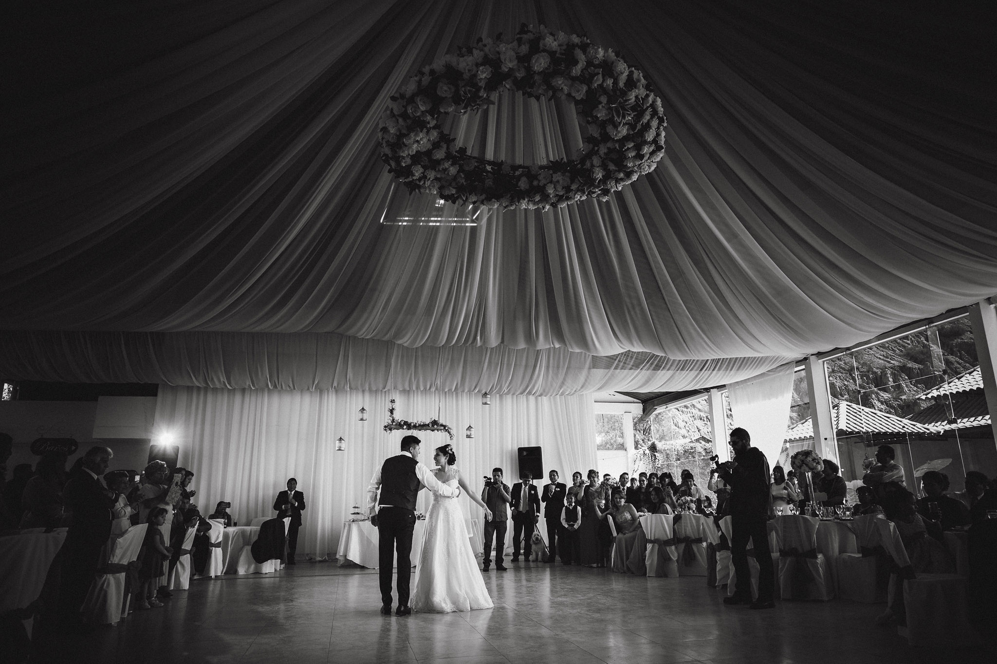 wedding-bolivia-la-paz-first-dance-black-white