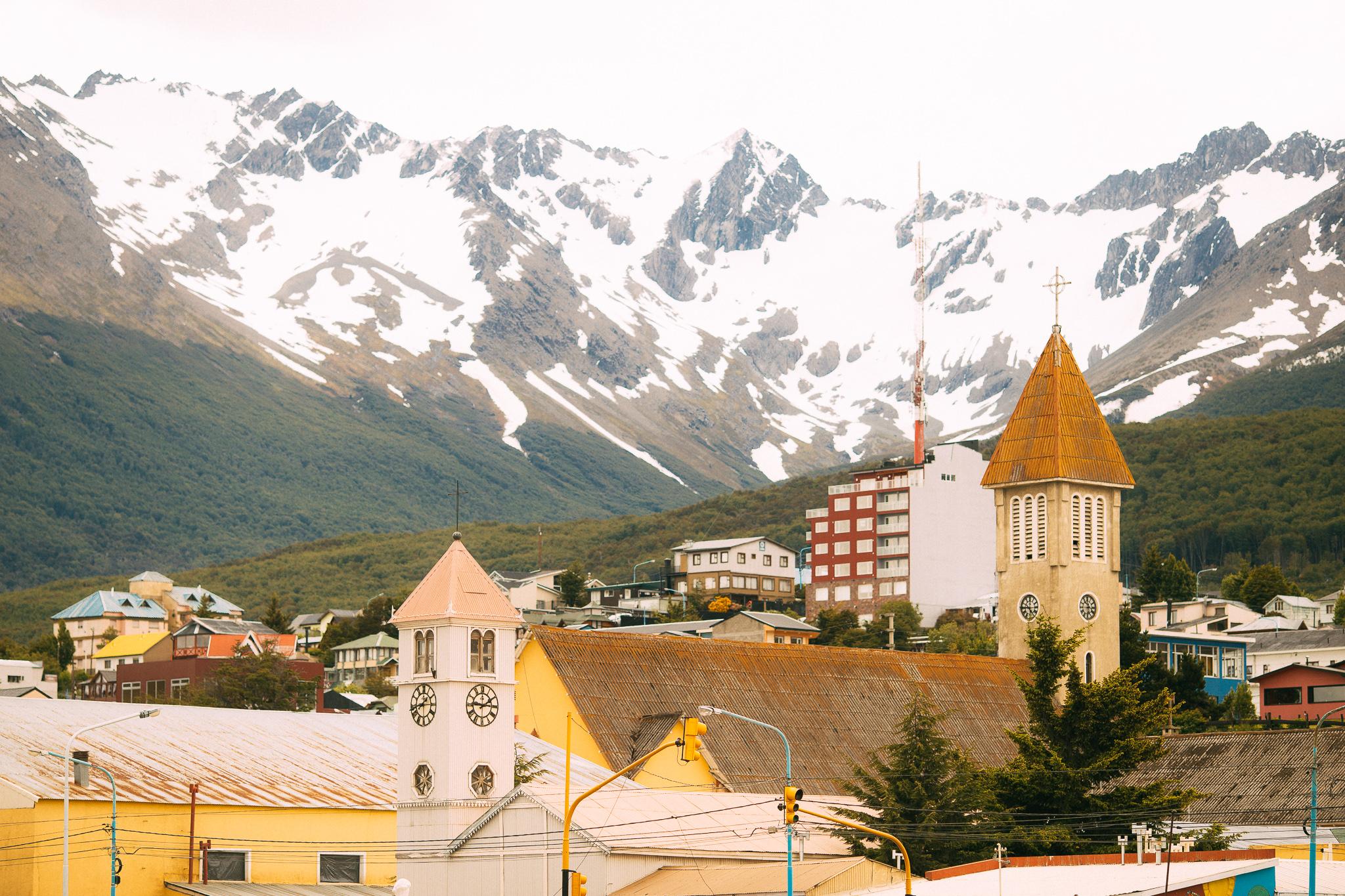 wedding-travellers-destination-wedding-argentina-fin-del-mundo-end-world-ushuaia-mountains-city-view