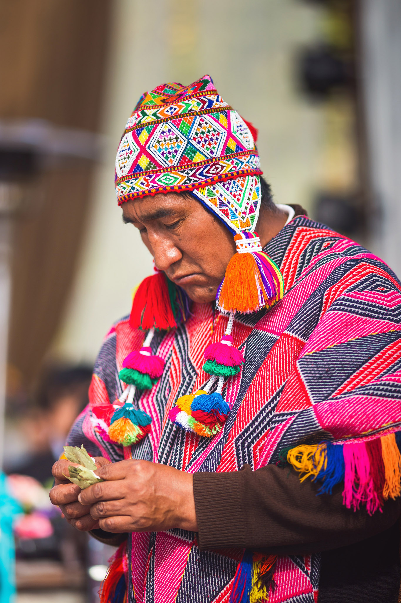 Wedding-Travellers-Destination-Wedding-Peru-Cusco-Hacienda-Sarapampa-Sacred-Valley-traditional-andean-ceremony-shaman-coca-leaf-preparing-despacho