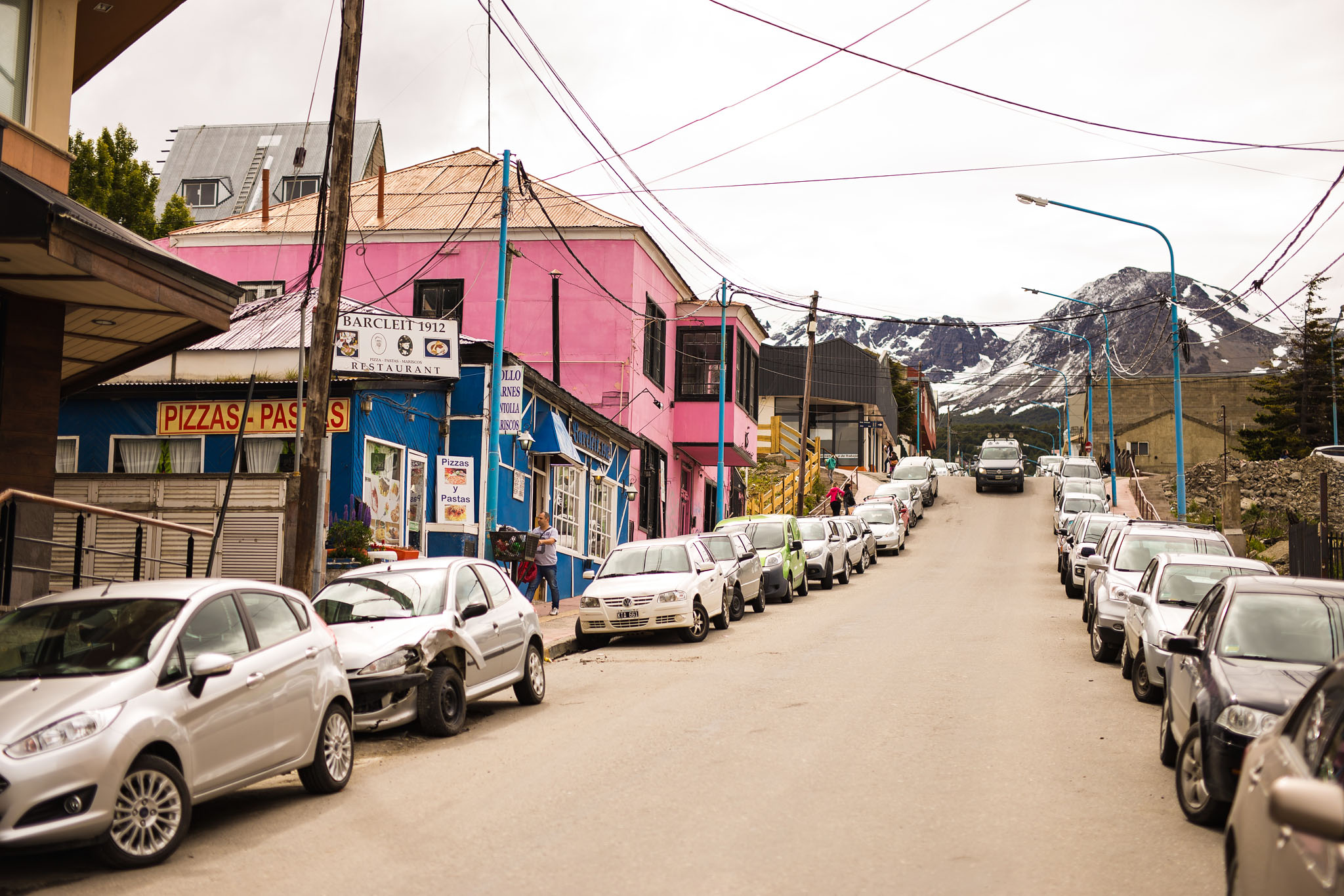 Wedding-travellers-ushuaia-argentina-fin-del-mundo-city-street