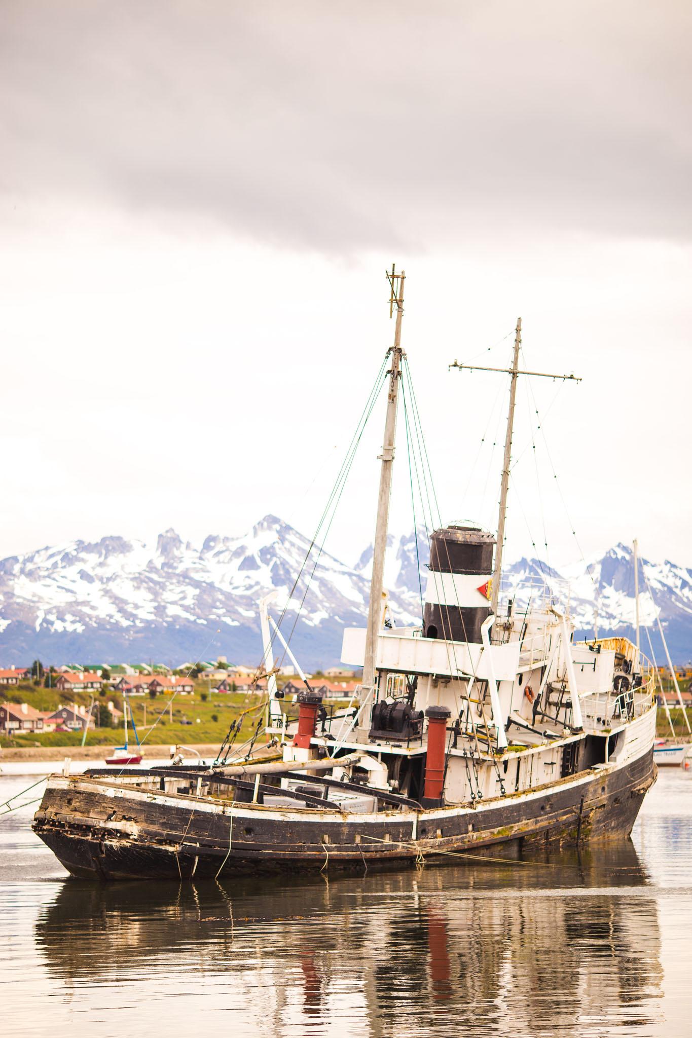 Wedding-travellers-ushuaia-argentina-fin-del-mundo-historic-old-ship