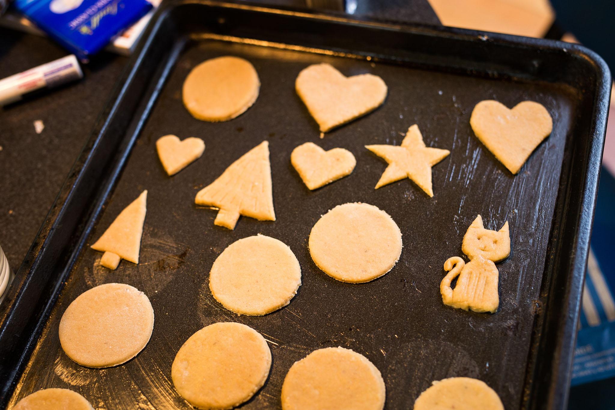 Wedding-travellers-ushuaia-argentina-christmas-baking-medovniky-cat