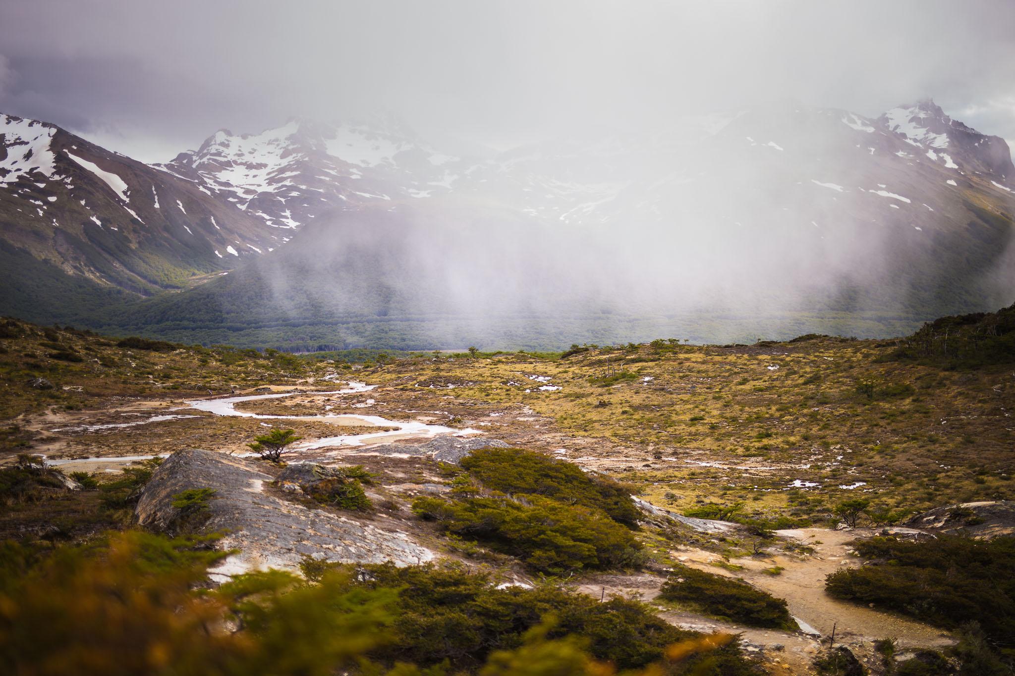 Wedding-travellers-ushuaia-argentina-laguna-esmeralda-mist-mountain