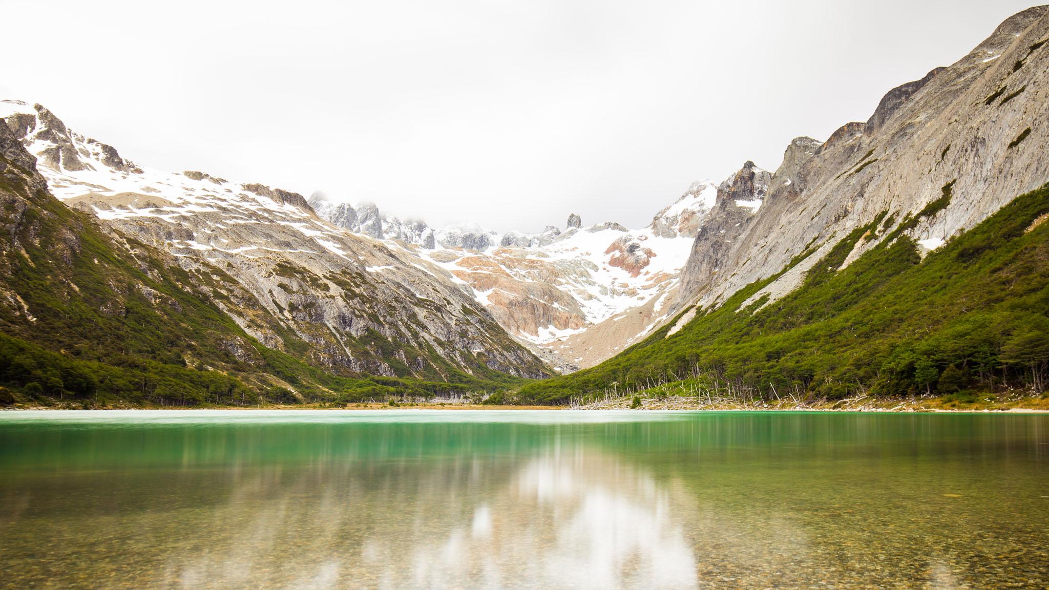 Wedding-travellers-ushuaia-argentina-laguna-esmeralda-lake-emerald-mountains-snow