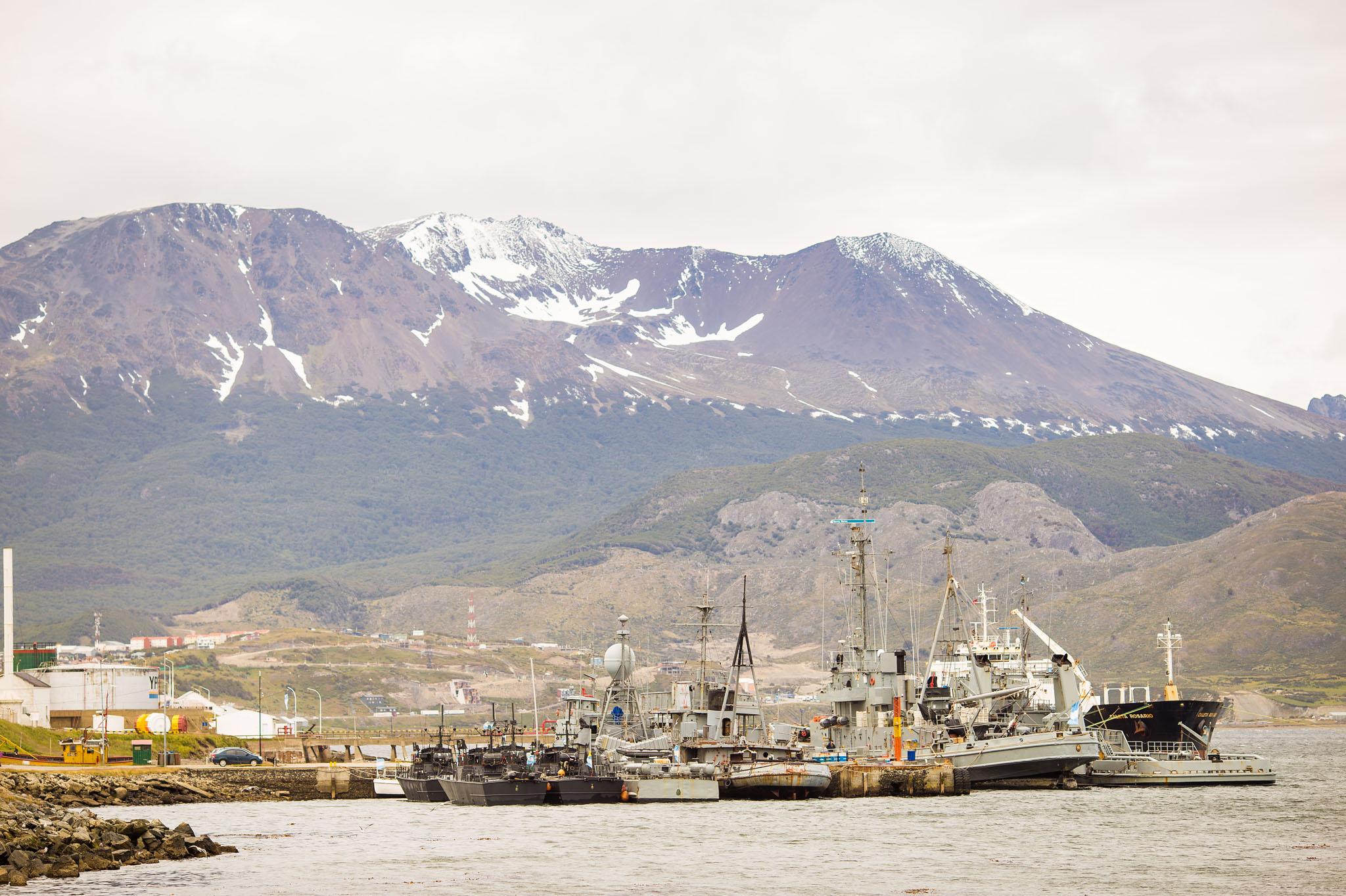 wedding-travellers-destination-wedding-argentina-fin-del-mundo-end-world-ushuaia-port-ship