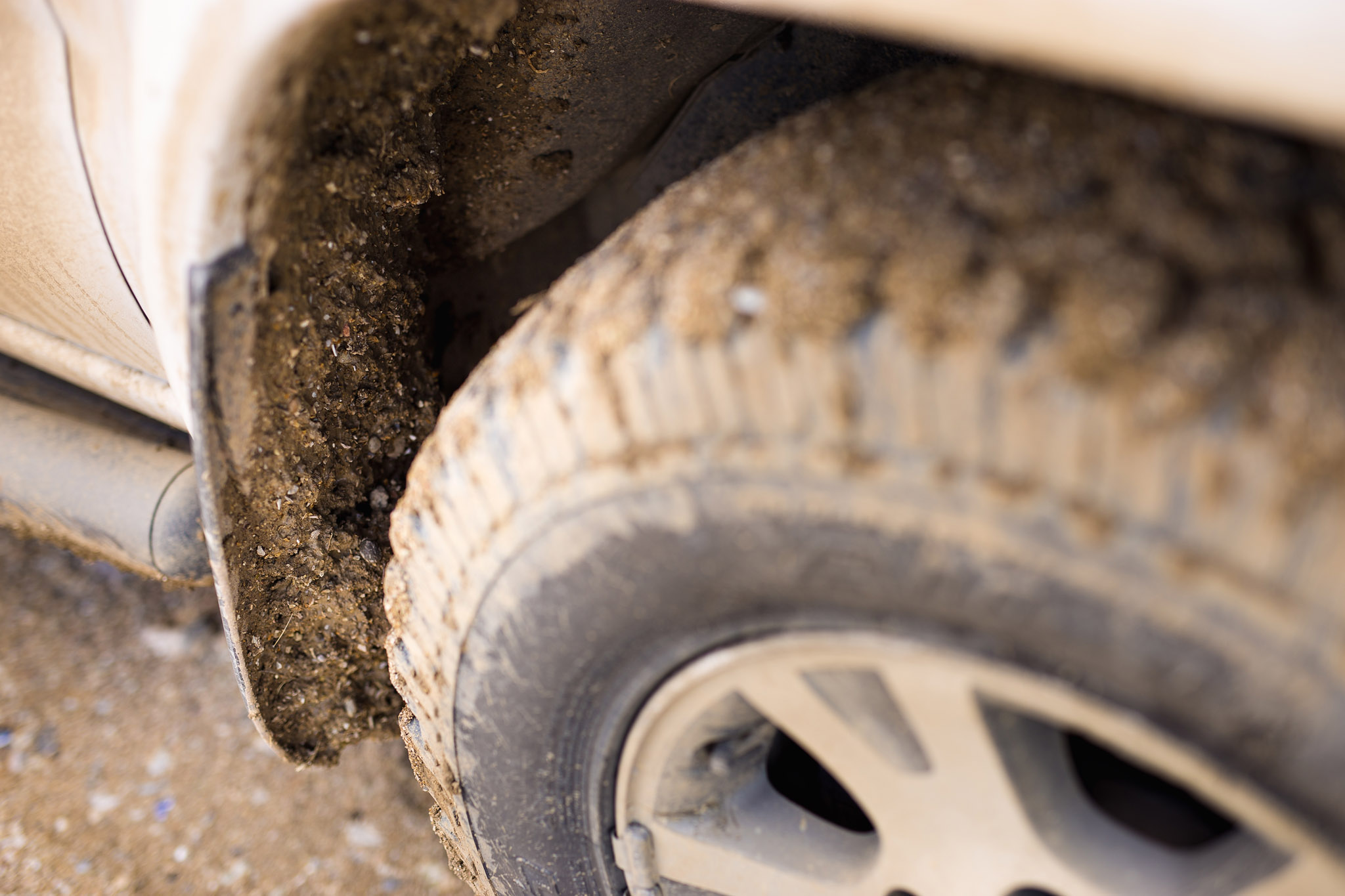 wedding-travellers-argentina-coast-car-dirt-sand-everywhere