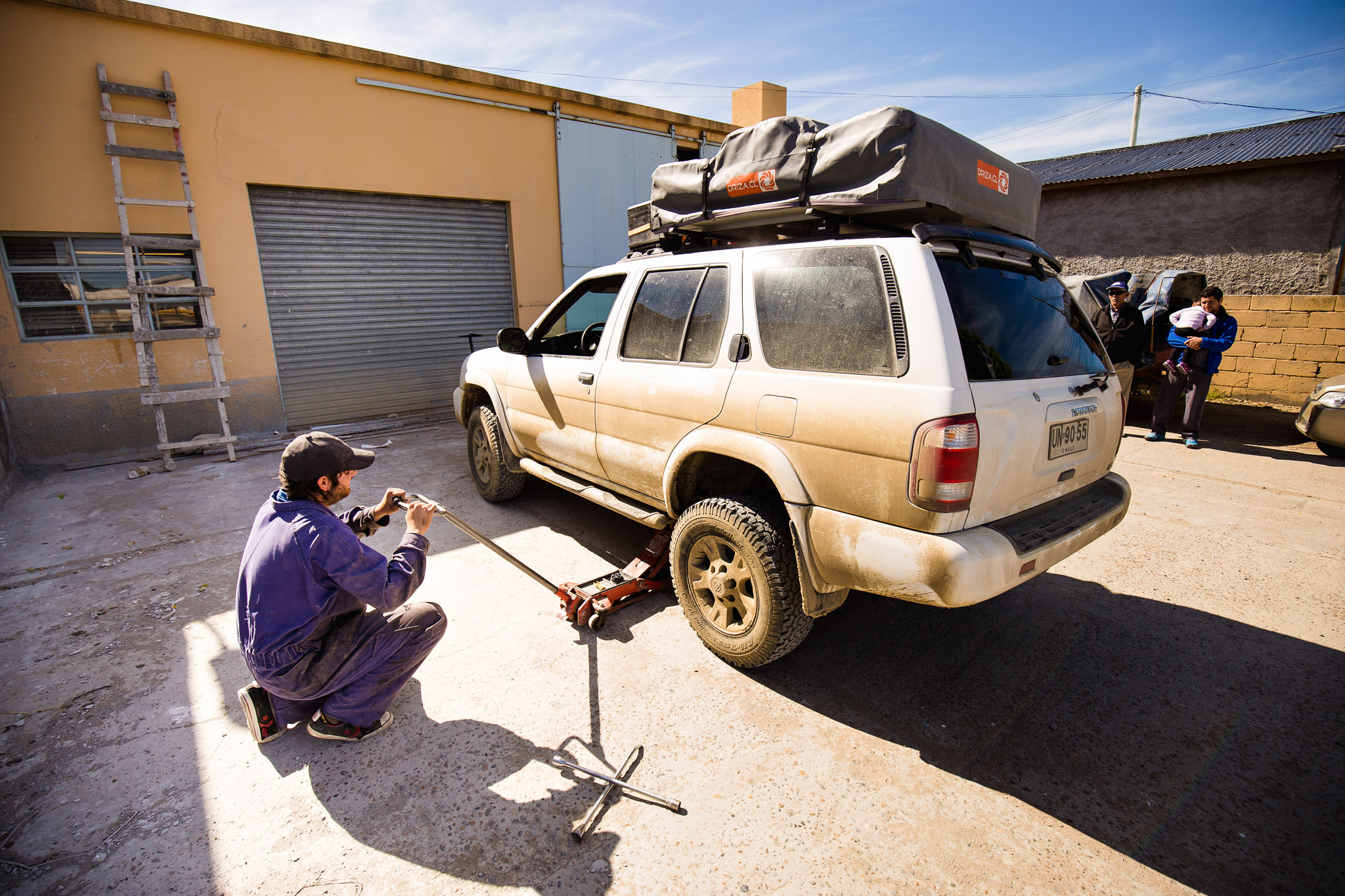 wedding-travellers-destination-wedding-photography-Argentina-coast-car-tire-puncture