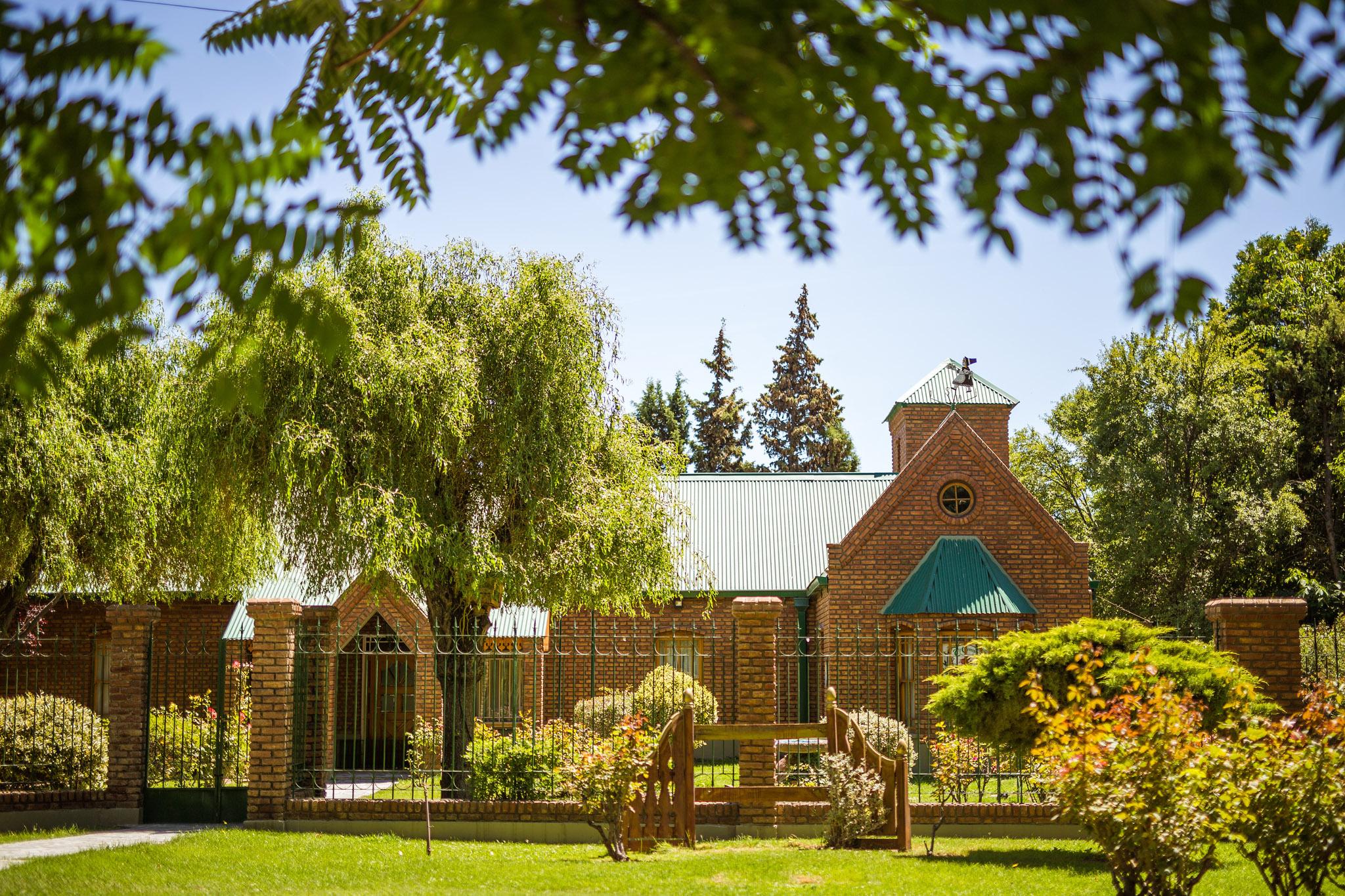 wedding-travellers-argentina-gaiman-brick-house-willow-tree