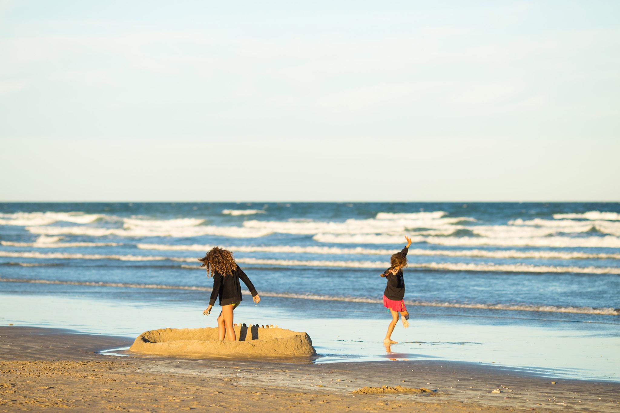 wedding-travellers-argentina-playas-doradas-beach-sand-castle-girls-playing