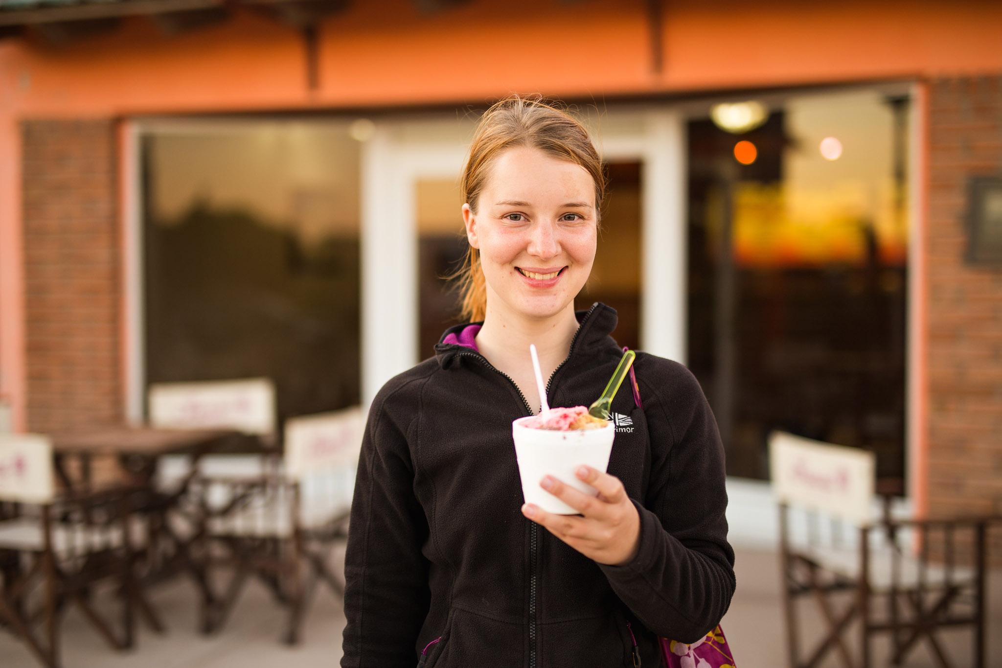 wedding-travellers-argentina-playas-doradas-happy-ice-cream-woman