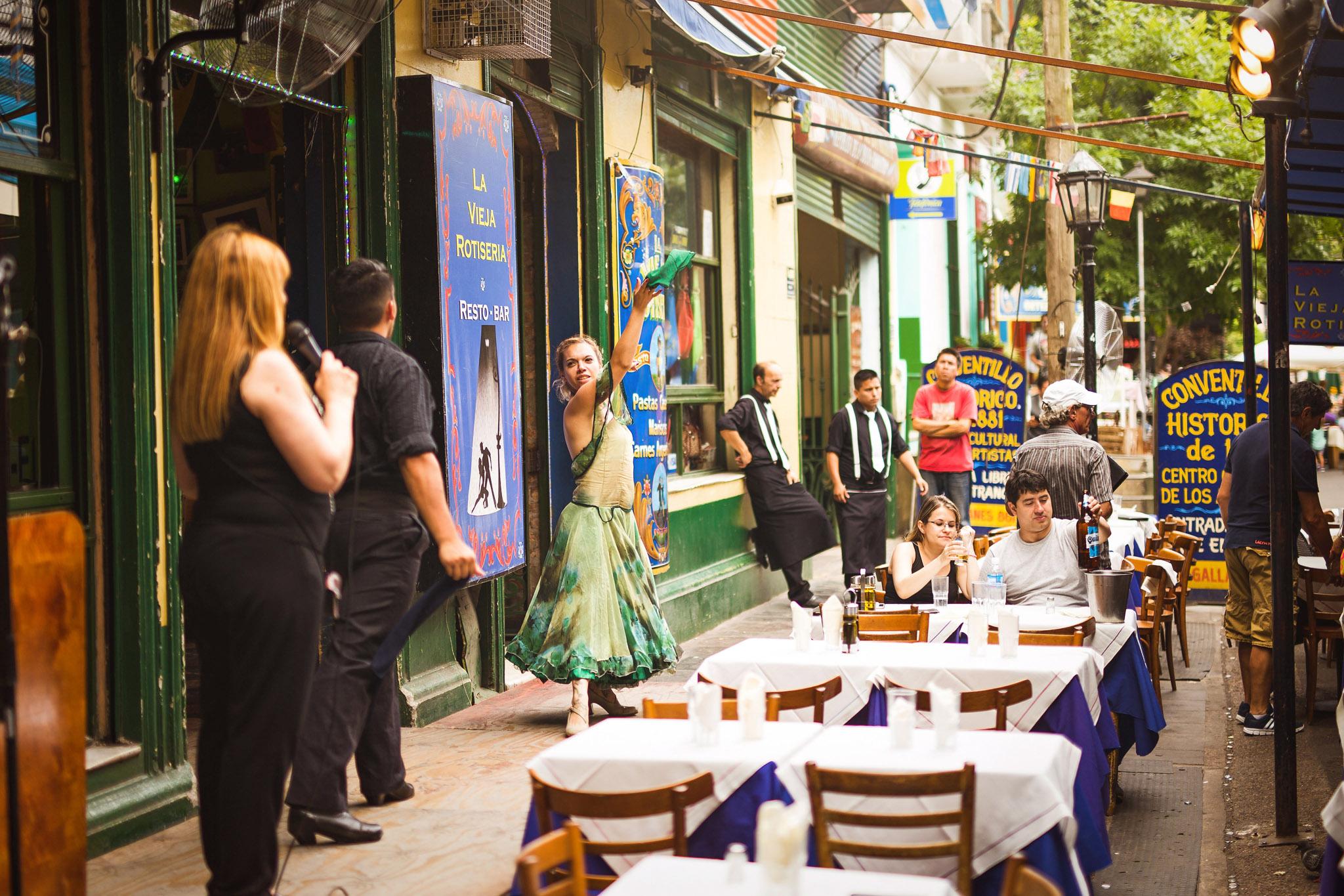 wedding-travellers-argentina-buenos-aires-la-boca-old-colorful-tango-dancer-vieja-rotiseria