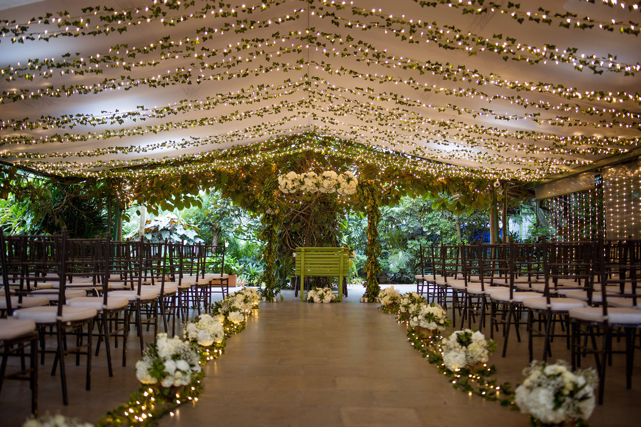 wedding-travellers-destination-wedding-photography-colombia-medellin-chuscalito-light-decoration-romantic