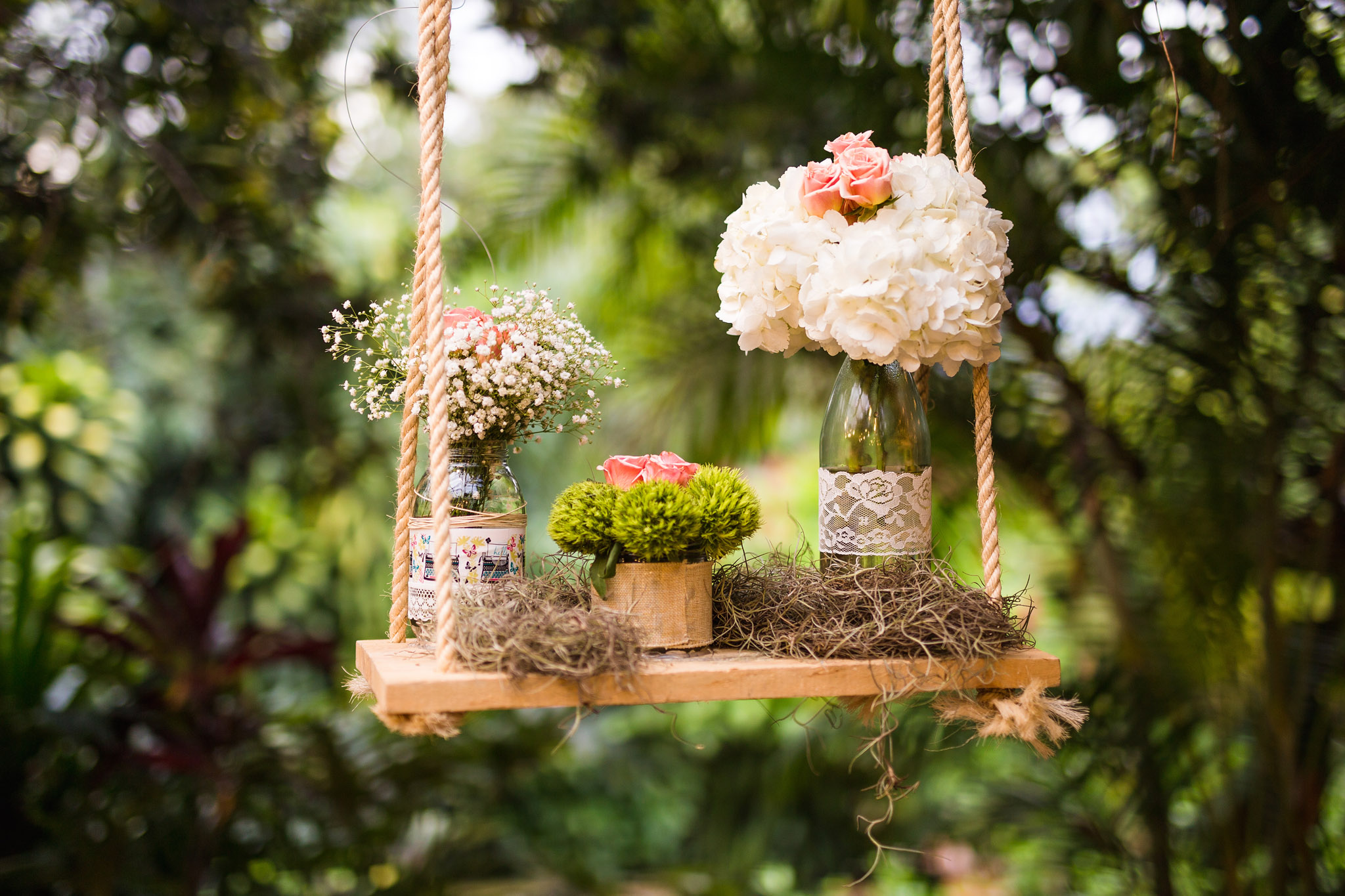 wedding-travellers-destination-wedding-photography-colombia-medellin-chuscalito-decoration-white-pink-rose-swing