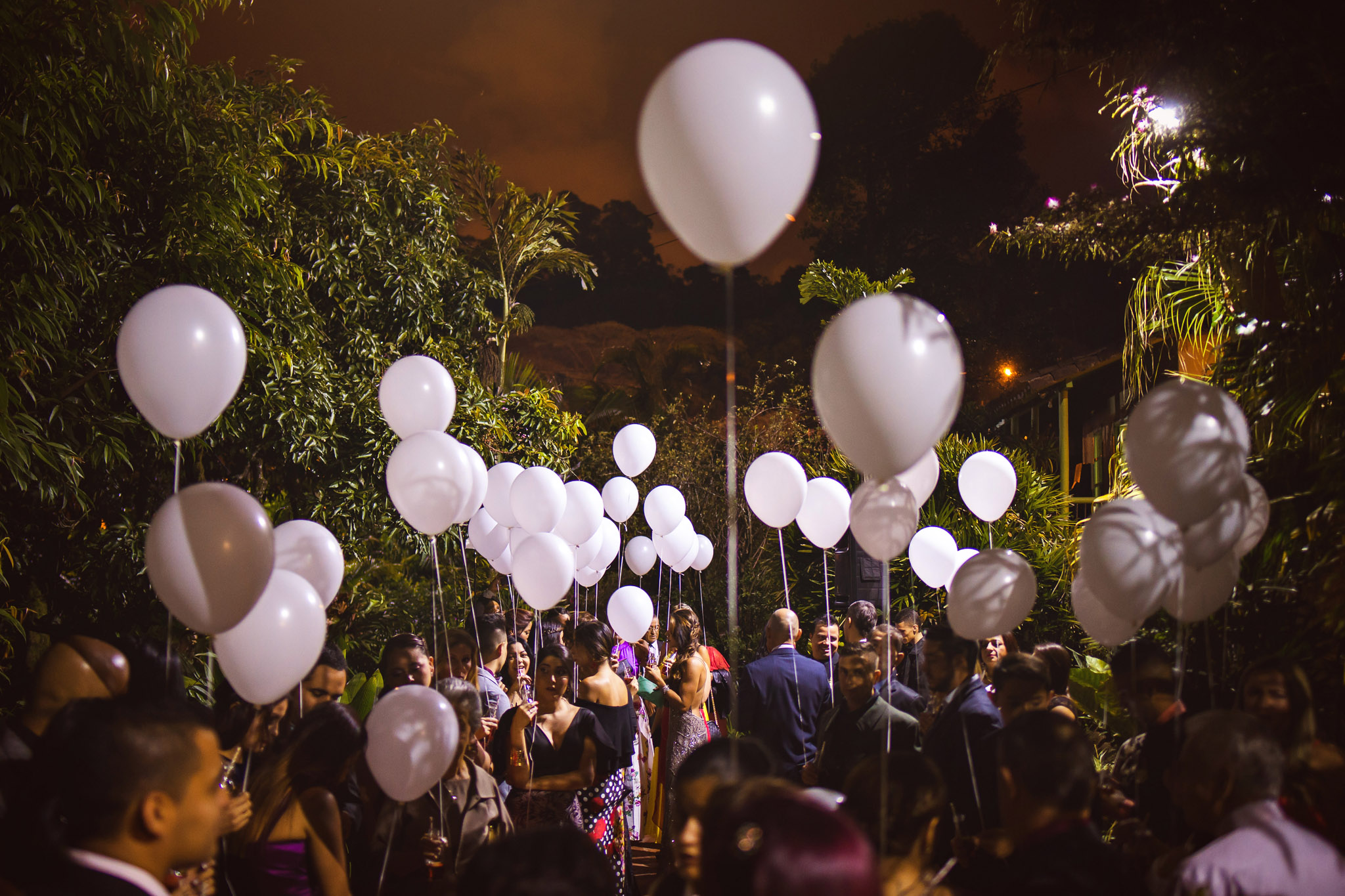 wedding-travellers-destination-wedding-photography-colombia-medellin-chuscalito-balloons-white