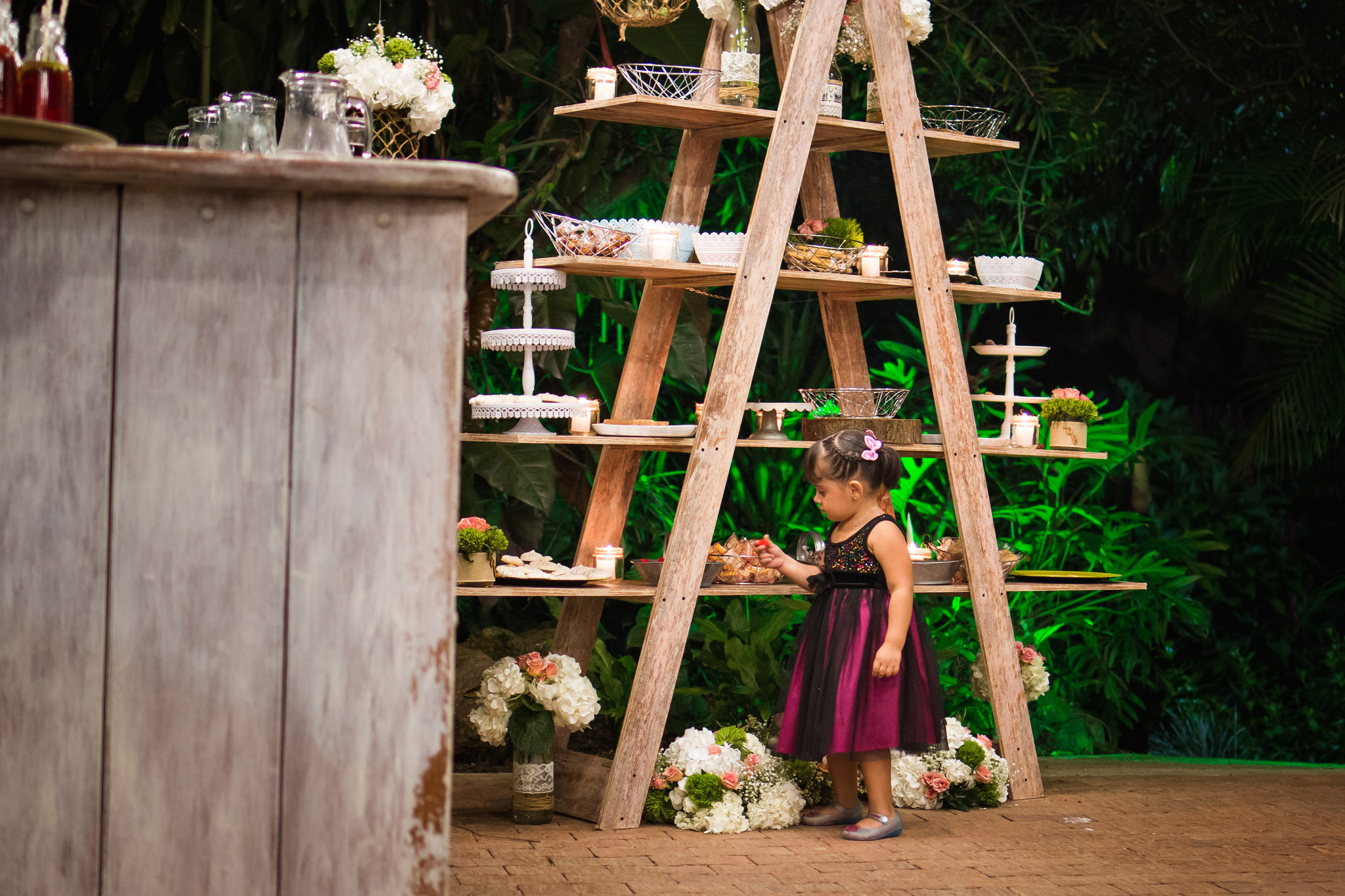 wedding-travellers-destination-wedding-photography-colombia-medellin-chuscalito-candy-bar-kid-cute-girl