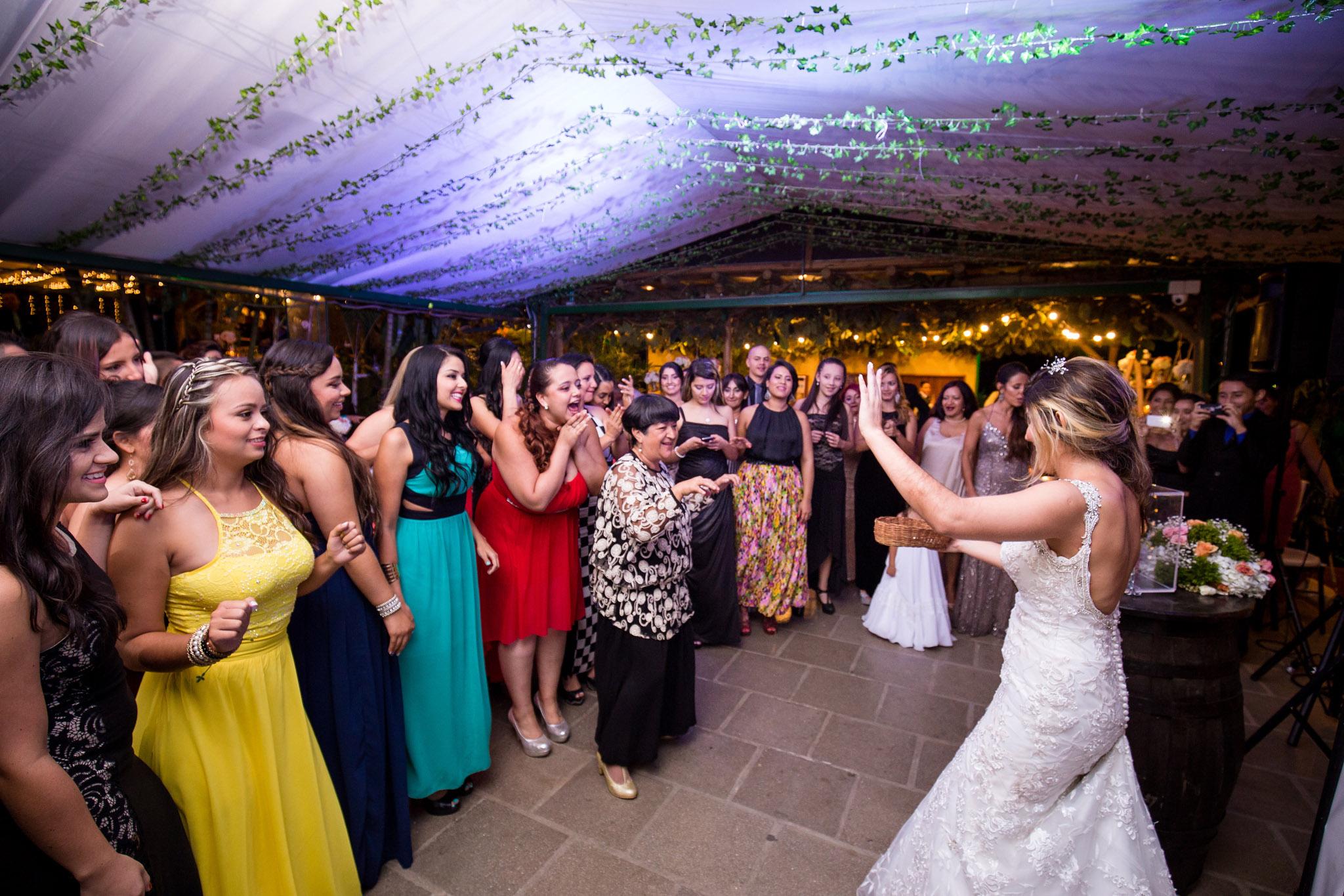 wedding-travellers-destination-wedding-photography-colombia-medellin-chuscalito-bouquet-toss-alternative-locked-key