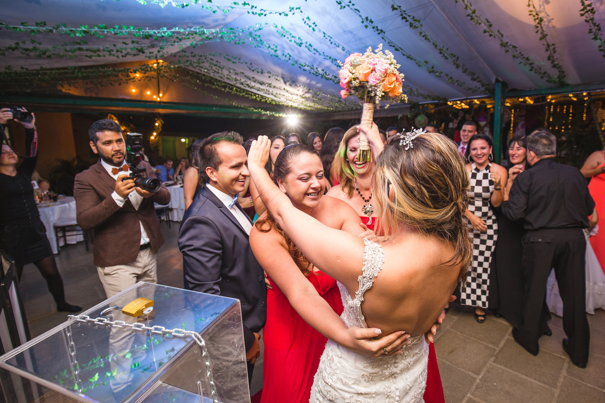 wedding-travellers-destination-wedding-photography-colombia-medellin-chuscalito-bouquet-toss-alternative-locked-box-key