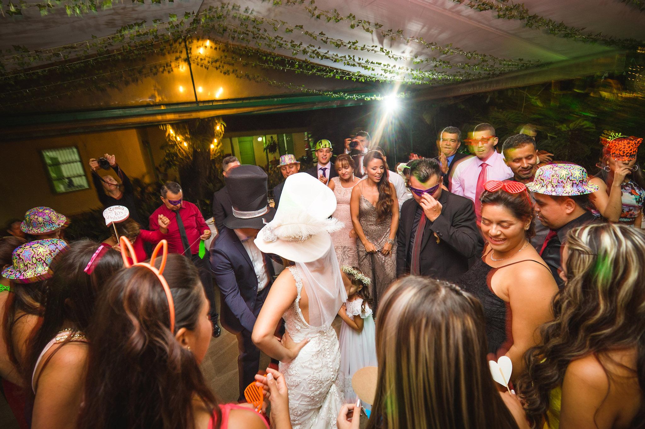 wedding-travellers-destination-wedding-photography-colombia-medellin-chuscalito-party-hora-loca