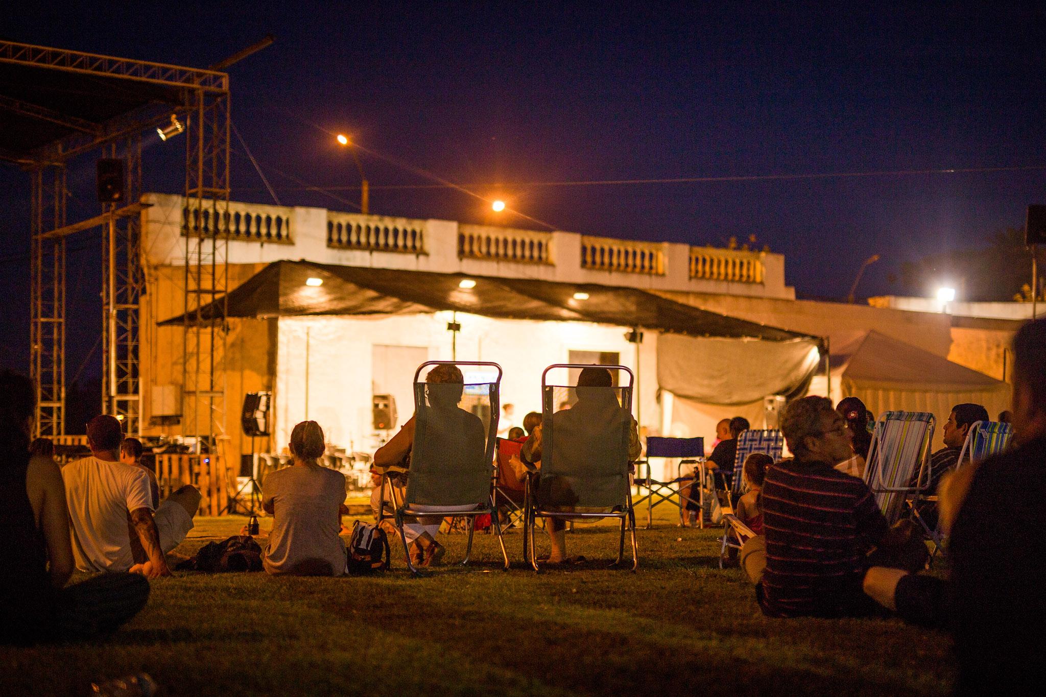 wedding-travellers-destination-photography-overlanding-south-america-uruguay-mercedes-jazz-concert