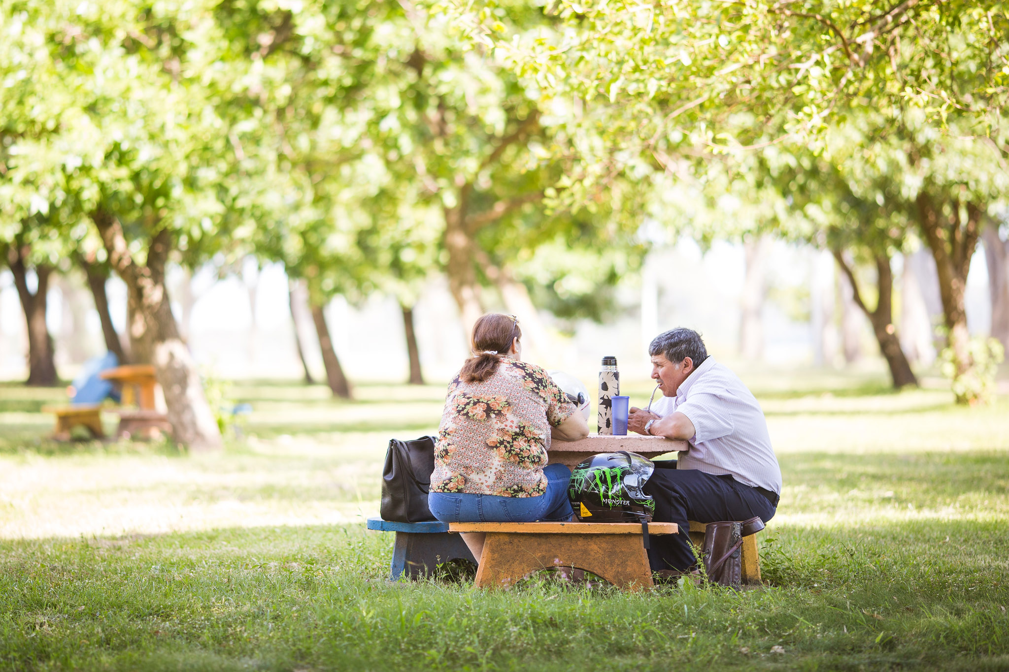 wedding-travellers-destination-photography-overlanding-south-america-uruguay-mercedes-matte-drinking-chill-relax-park-tea