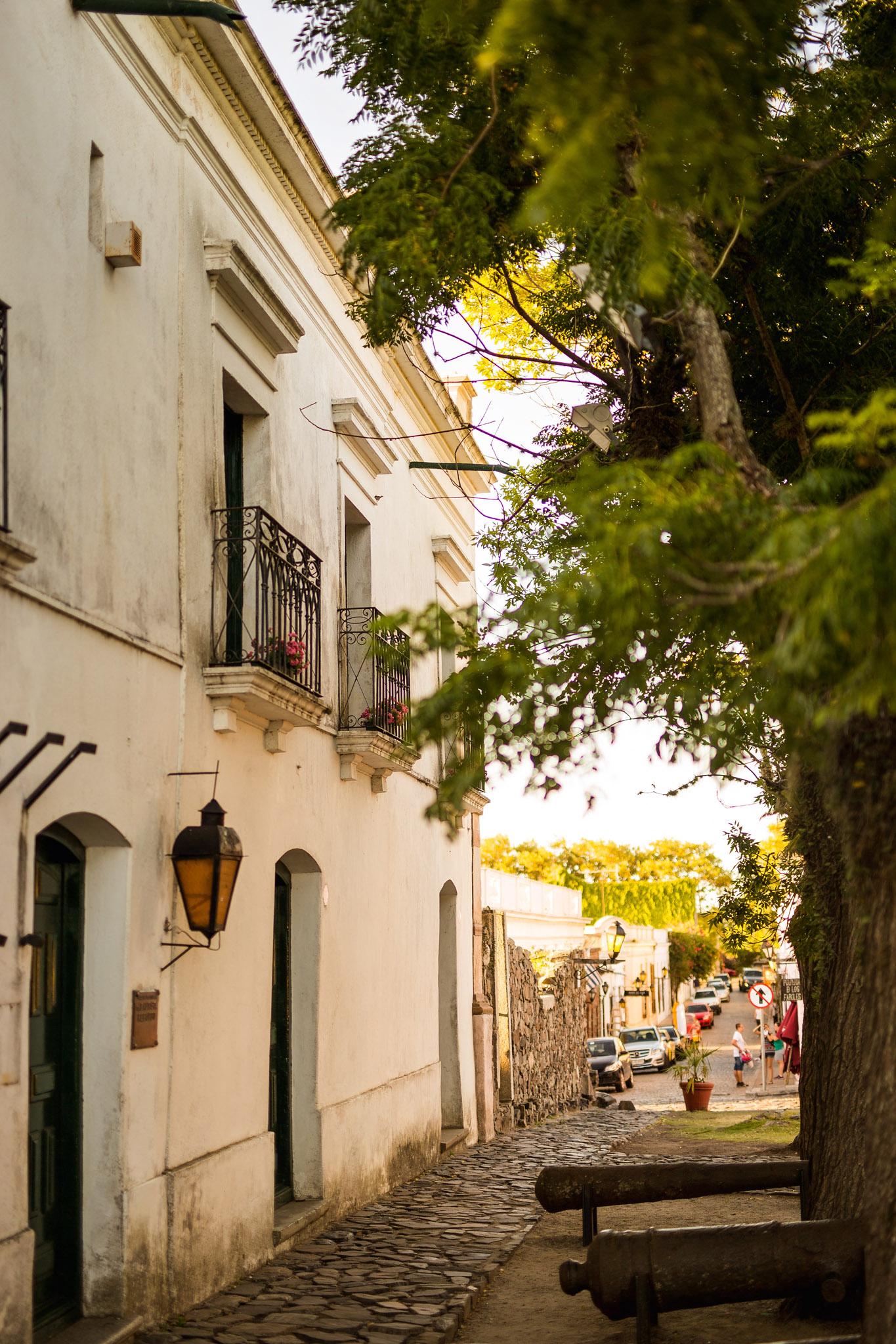 wedding-travellers-destination-photography-overlanding-south-america-uruguay-colonia-del-sacramento-balcony-street-house