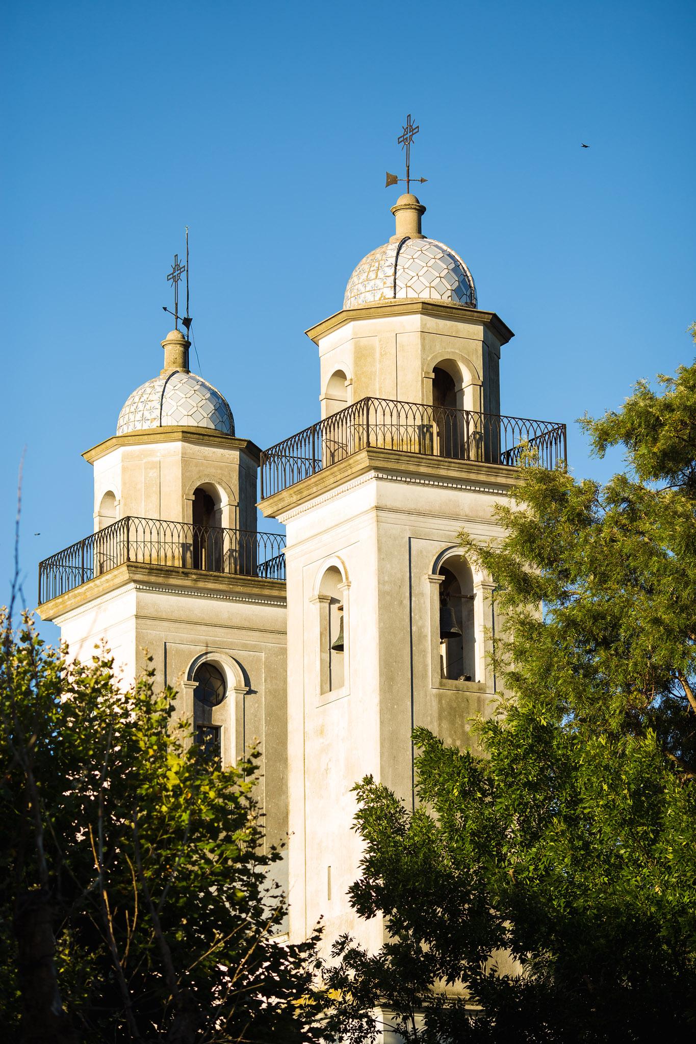 wedding-travellers-destination-photography-overlanding-south-america-uruguay-colonia-del-sacramento-church