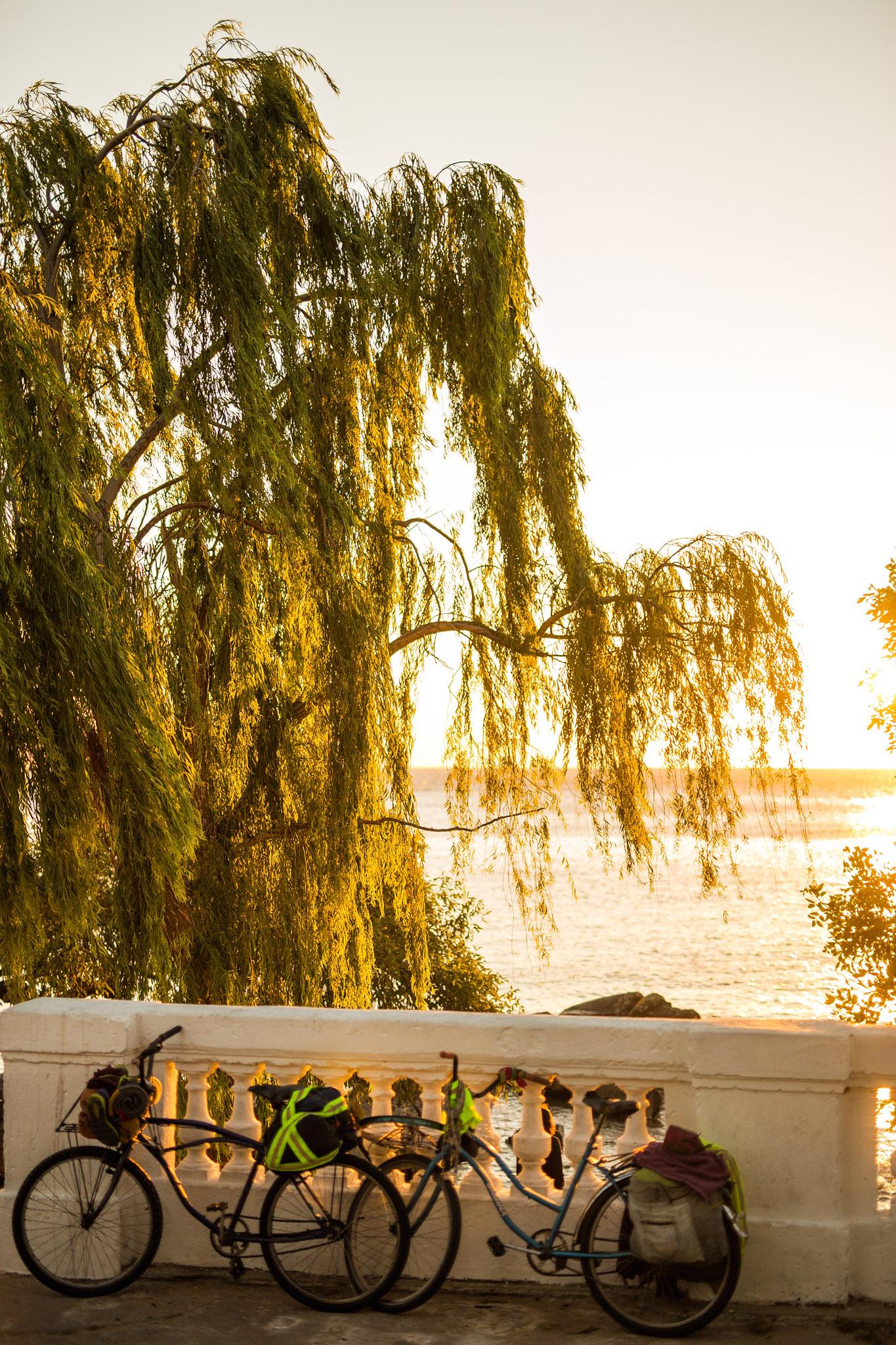 wedding-travellers-destination-photography-overlanding-south-america-uruguay-colonia-del-sacramento-sunset-river