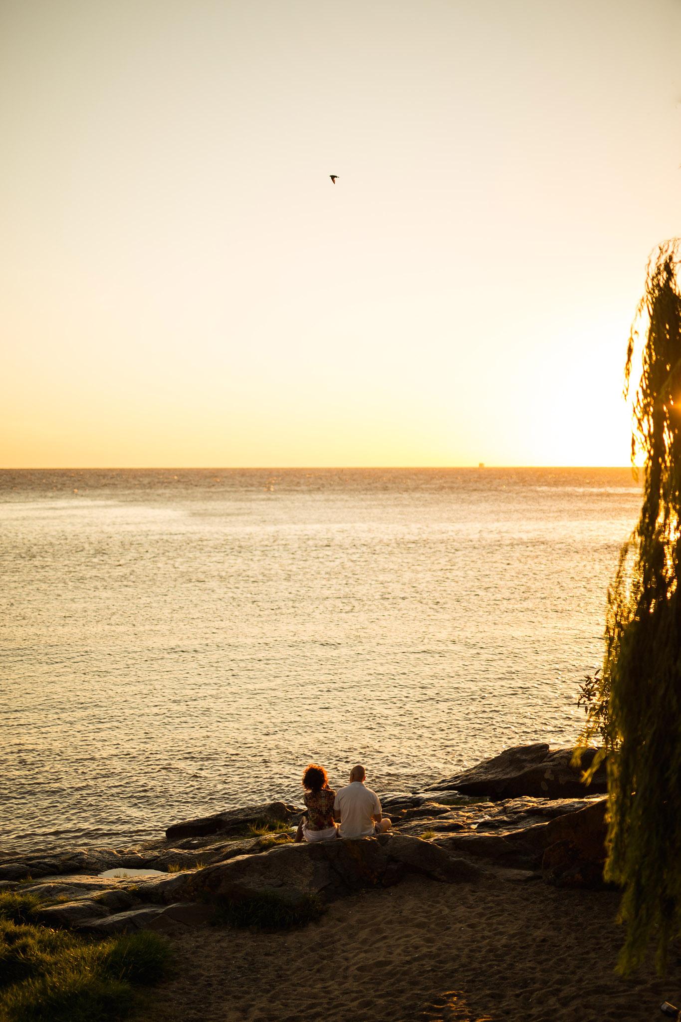wedding-travellers-destination-photography-overlanding-south-america-uruguay-colonia-del-sacramento-sunset-couple