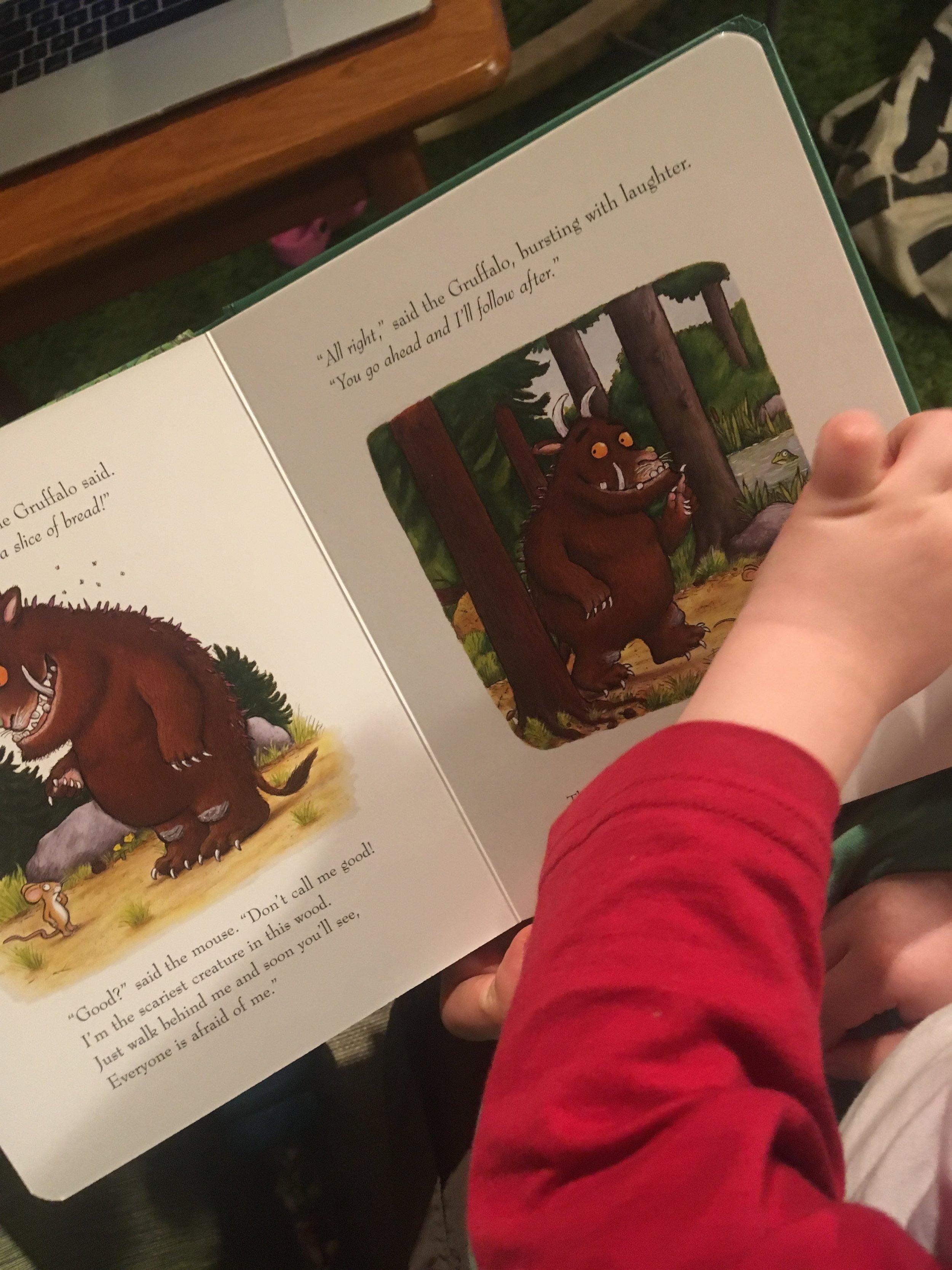 """Jag och E läser """"The Gruffalo"""" som är en av böckerna som användes i ICI!"""