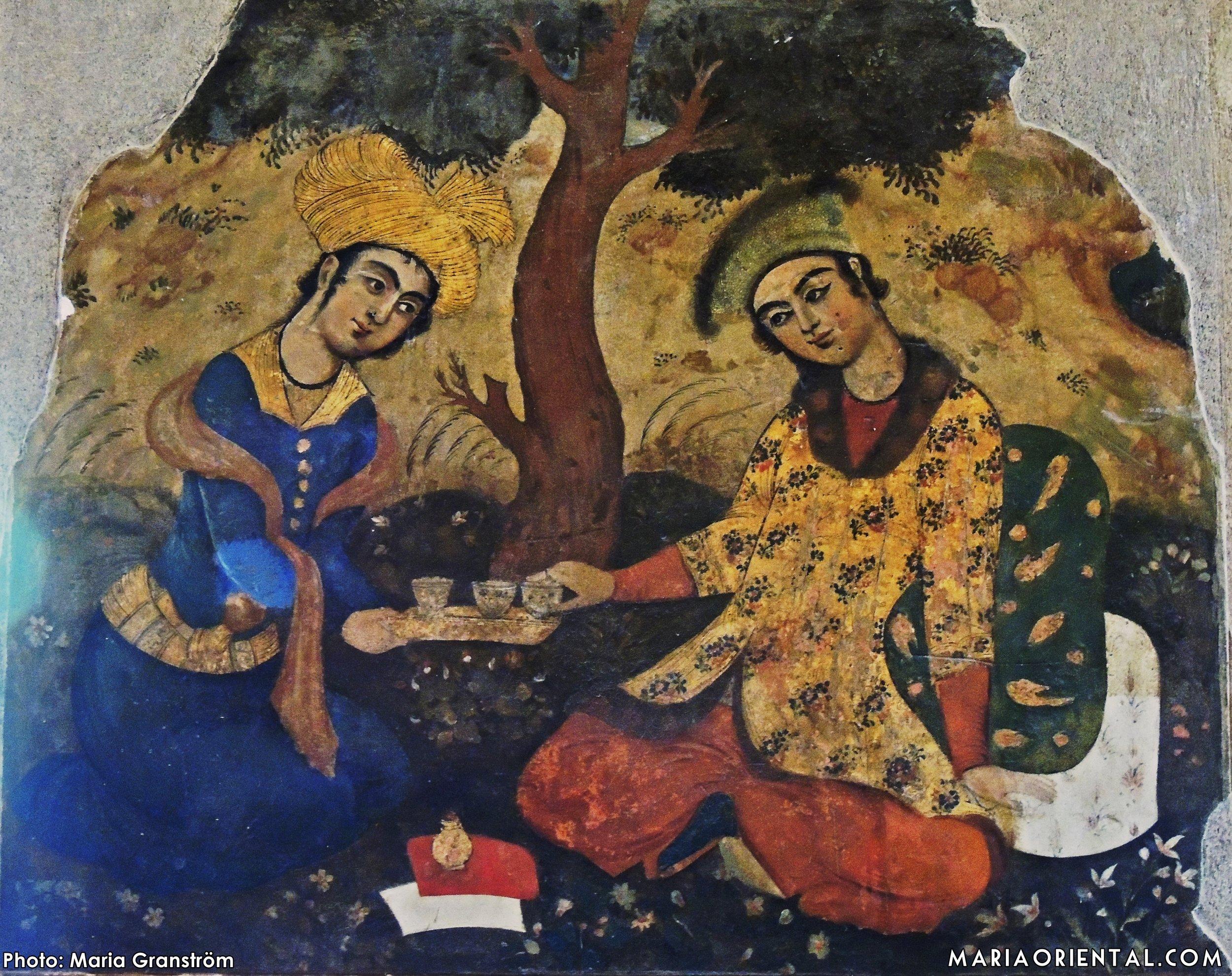 Mindre målning, gissningsvis tepaus i skuggan av ett träd.