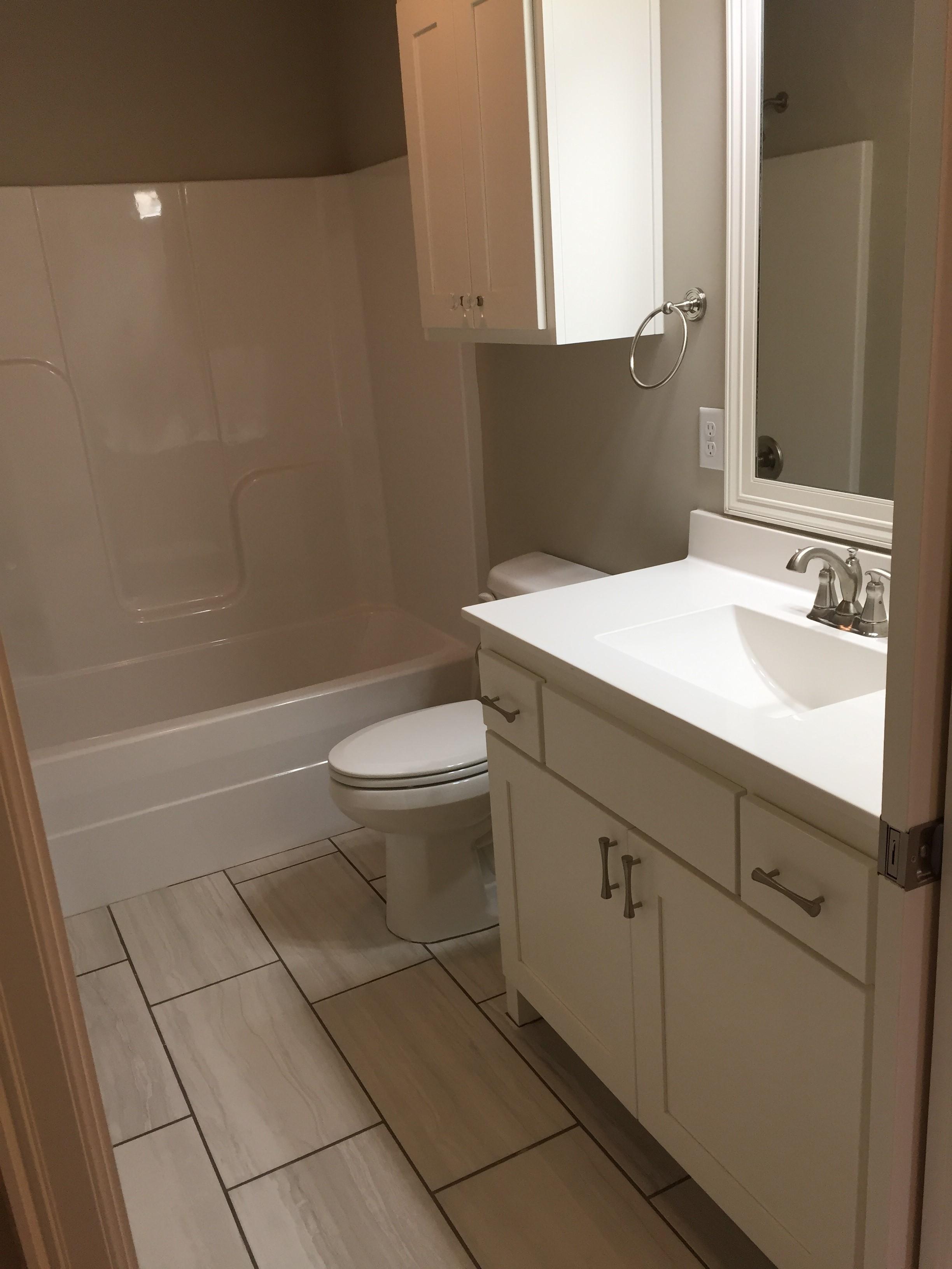 2917 hall bath.jpg