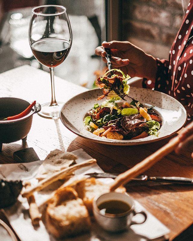К салату с домашней брезаолой и другим мянсым блюдам идеально подходит вино Chateau D'Arvigny, Nobile di Montepulciano DOCG, La Montesa DOC, Sexy Beast McLaren Vale. Больше рекомендаций ищите в highlights-вкладке «ВИНО». ⠀⠀⠀⠀⠀ 📞Если вы нам позвонили или хотели оставить онлайн-бронь, а все столы оказались забронированы — смело приходите. Часть зала, включая места у окна, мы всегда оставляем для вас свободными и не резервируем. ⠀⠀⠀⠀⠀ А также вы всегда сможете начать вечер с аперитива, разместиться за контактным баром и придумать с барменеджером свой персональный коктейль, пока ваш столик не освободится. ⠀⠀⠀⠀⠀ #evgrill#extravirgingrill#Extravirginrestaurant#чистыепруды
