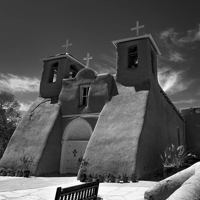 San Francisco de Asis Mission Church is a historic and architecturally significant church on the main plaza of Ranchos de Taos, New Mexico opened in 1772.  #nomad #beautifulplaces #travel #travelwithme #outdooradventure #wearethewild #travelwithkids #bbctravel #travelandlife #travelblog #travelblogger #familyadventure #travelphotography #passionpassport #doyoutravel #instatravel #fujifilm • #fujifilmxt2 • #xt2 • #fujifeed • #myfujifeed • #fujilove • #myfujilove • #xphotographer • #mirrorlessrevolution • #teamfujifilm • #fujiacros #taos #newmexico