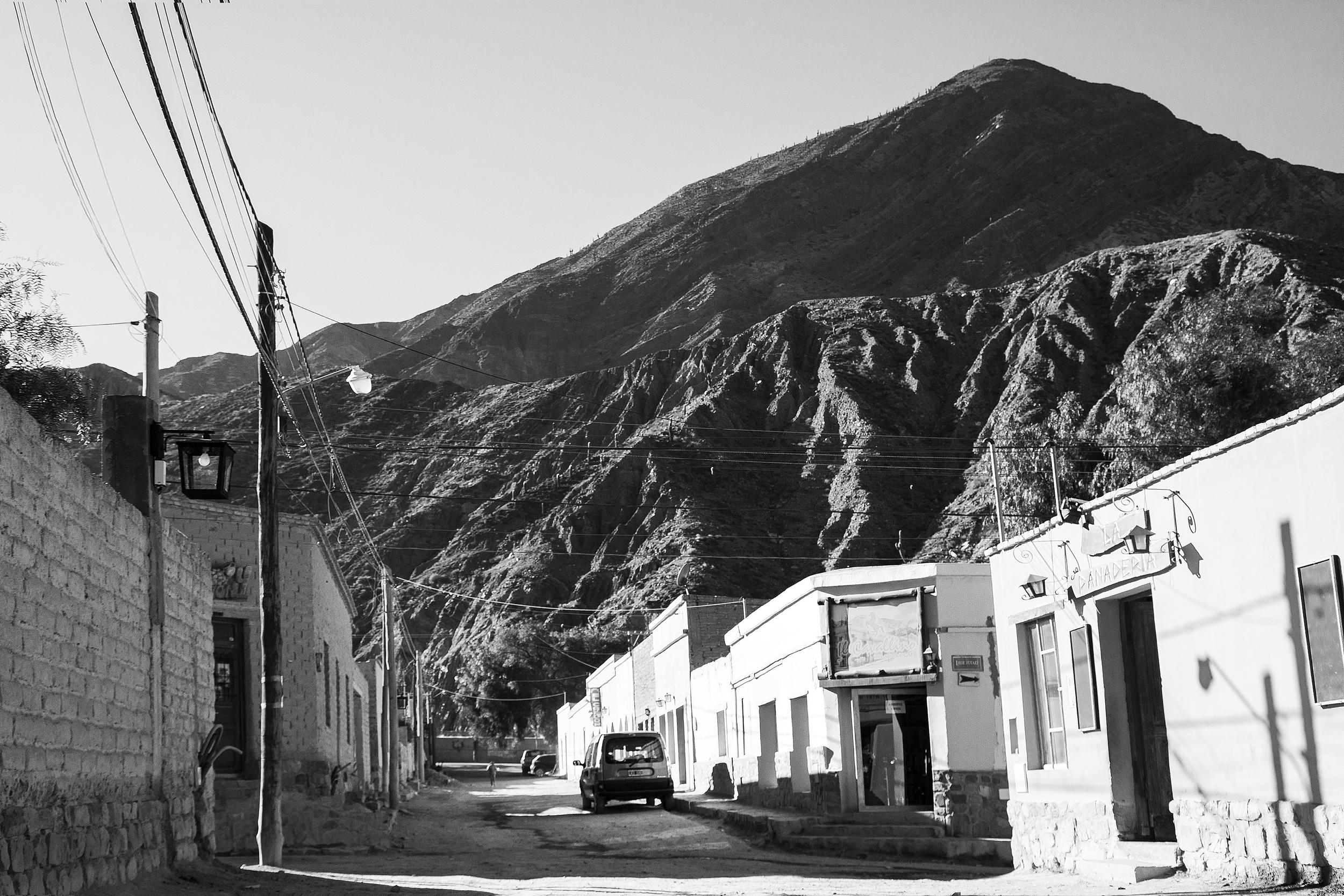 Calle con montaña en Purmamarca.jpg