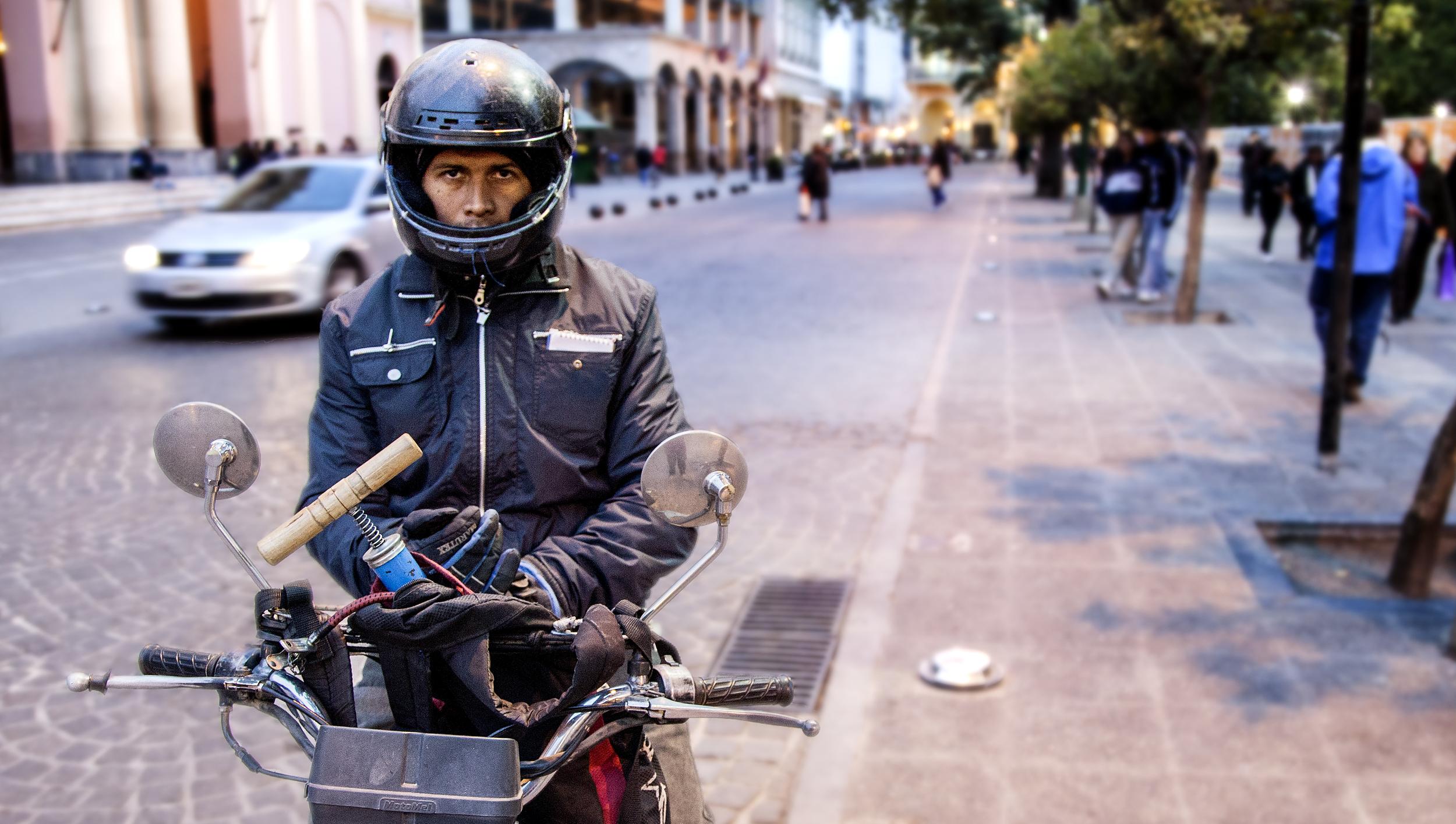 Hombre en moto.jpg