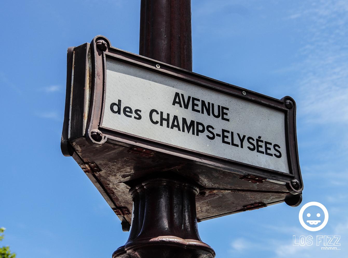 Avenue des champs-elysées in Paris, France Photo By LosFizz.