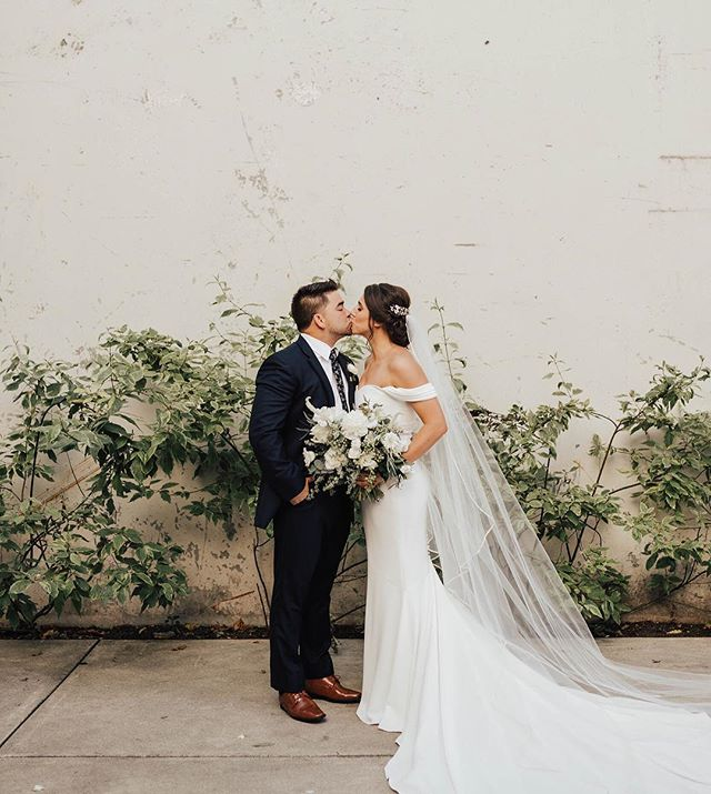 Take us back to last weekend in Seattle with these two love birds 🌿 Oh how we love traveling for weddings. Thank you for the sneak peeks @solaleephoto. Meet the Reas! // Flowers: @stephanie_roseanne_design_ // Venue: @fremont_foundry // Dress: @thedresstheoryseattle // Planning: @detailsdarling