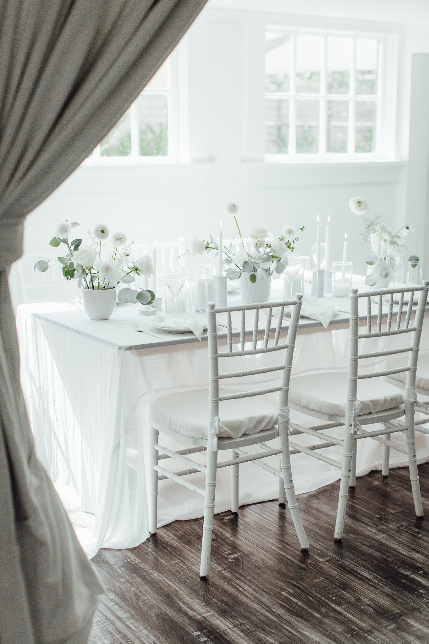 A New Winter Mix: Monochromatic White Wedding Styled Shoot Tablescape Inspo