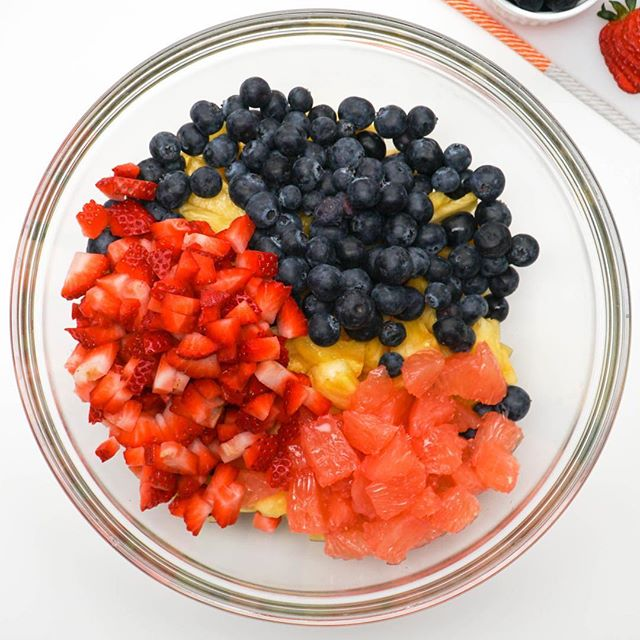 Refresh from the weekend with a Sweet Vanilla Fruit Salad 🍓 good sources of vitamina C and A, also calcium and Iron. . . * Grapefruit🌱 * Pineapple🍍 * Strawberry🍓 *Blueberry💙 * Juice from ☝️ Orange🍊 * 1/2 vanilla extract 🍃  Vitamins in every bite 😋 for full recipe follow the link @saladmenu_com . . . #simplecooking #sugarfree #dessert #refresh #saladrecipe #saladmenu #cleaneat #quickrecipe #eatclean #monday #mondaymotivation #fruitsalad #fruit #fruitbowl #healthyfood #healthyrecipes #healthyeating #organic #naturalsweet #nosugar #nature #naturesfood ##yum #yummy