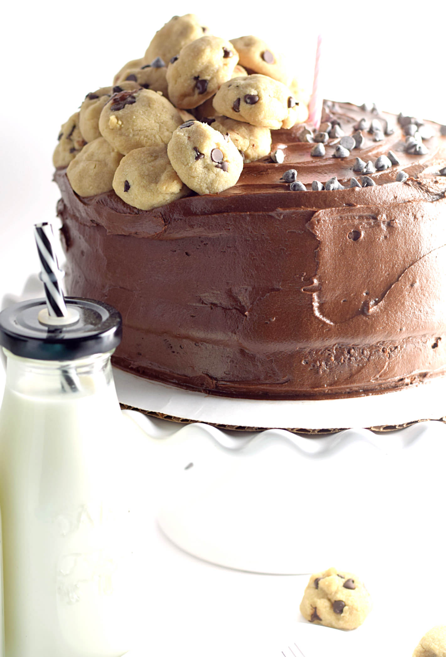 Yellow Layer Cake with Chocolate Buttercream Frosting: the best yellow cake filled with a decadent chocolate frosting and topped with mini chocolate chip cookies! |TrufflesandTrends.com